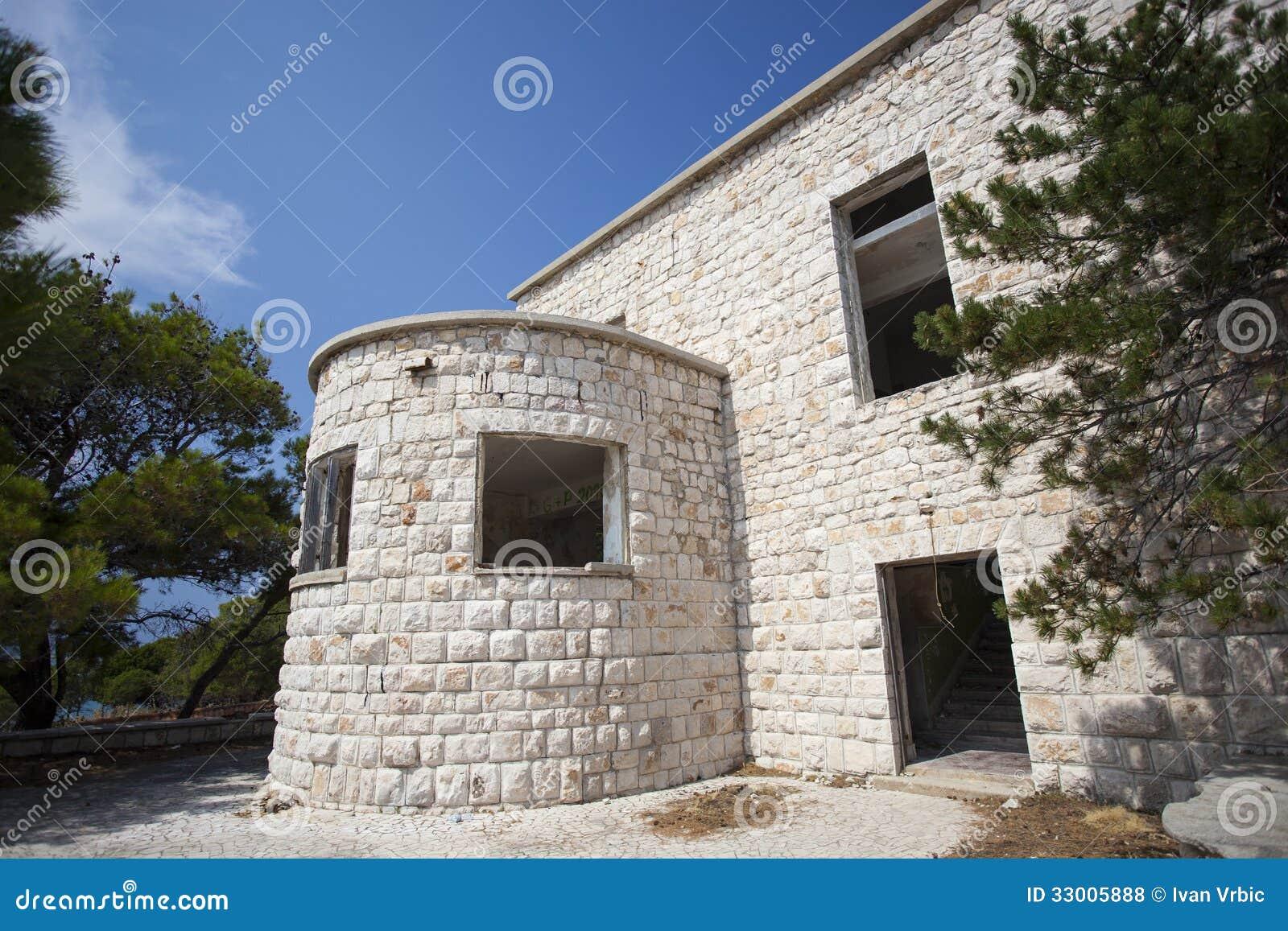 Старое сокрушенное здание