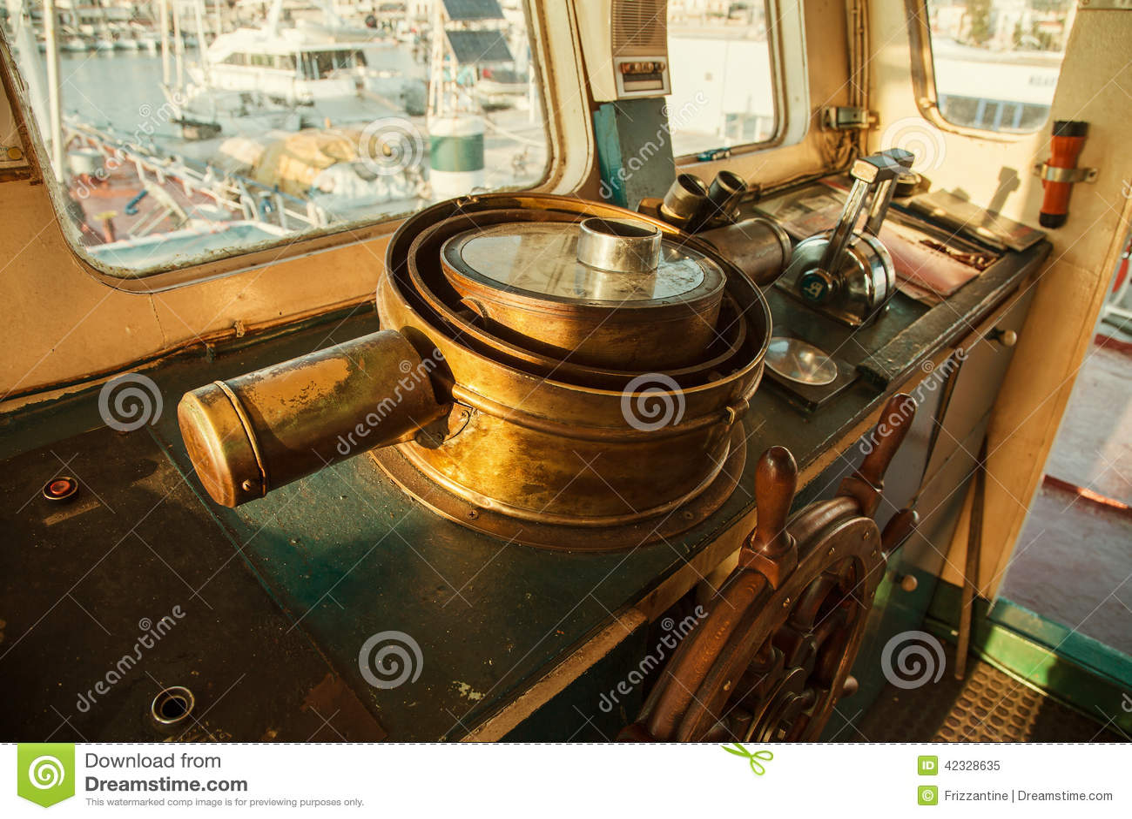 Старое старое рулевое колесо меди в арене старое