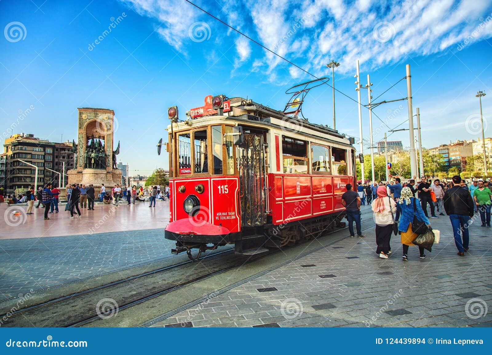 Старомодный красный трамвай на квадрате Taksim - самое популярное назначение в Стамбуле