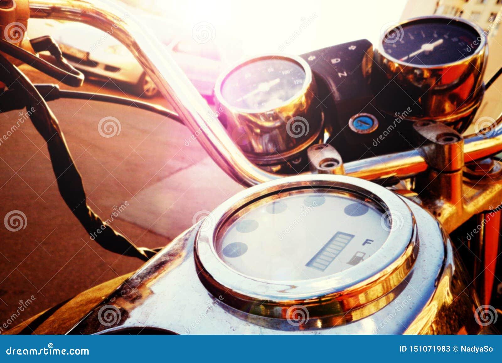 Старомодный мотоцикл с handlebar и приборной панелью в подкрашиванной слепимости солнца,