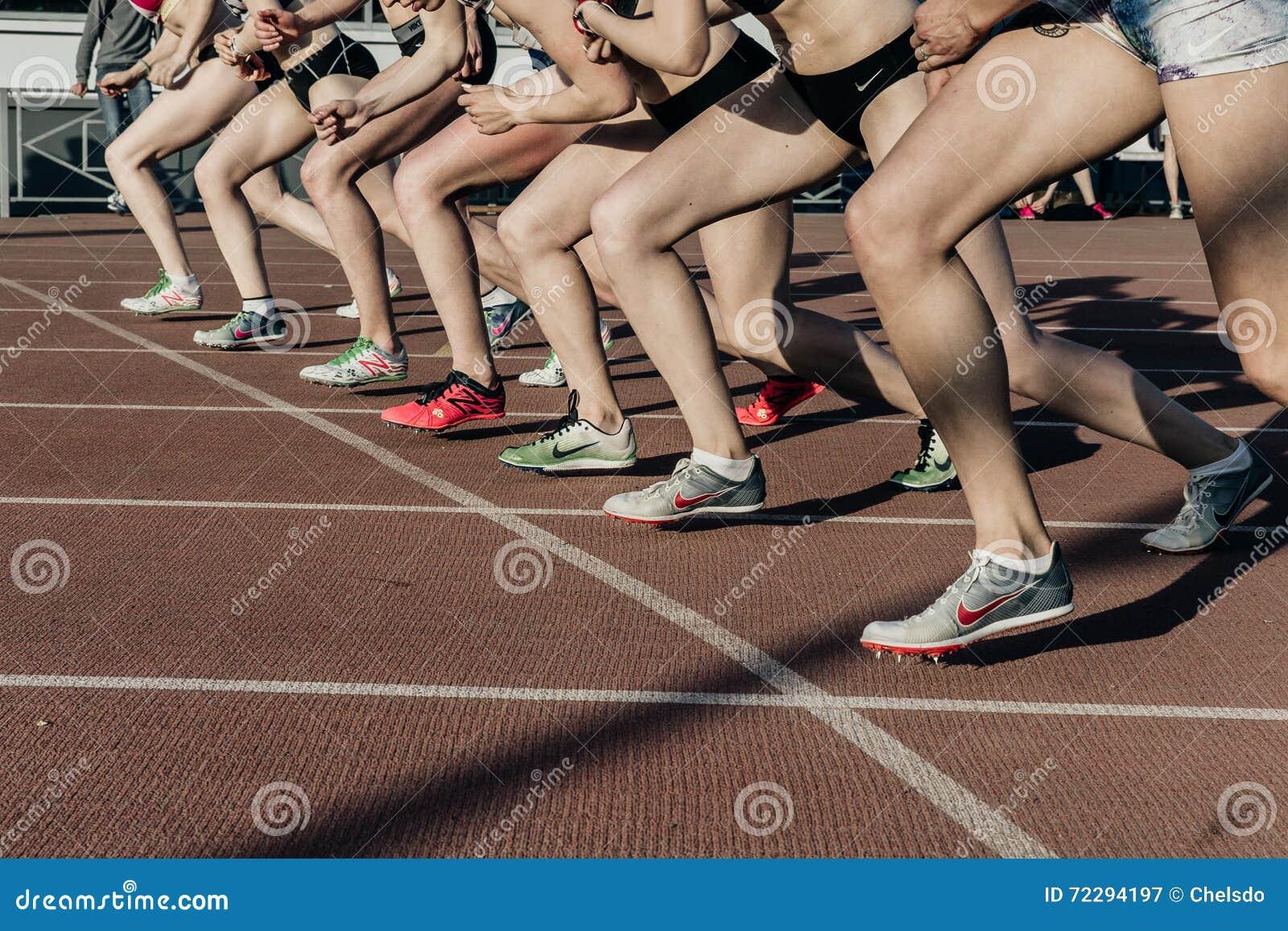 Download Старт группы в составе спортсмены женщин на расстоянии Stayers 1500 метров в стадионе Редакционное Фотография - изображение насчитывающей линия, готово: 72294197