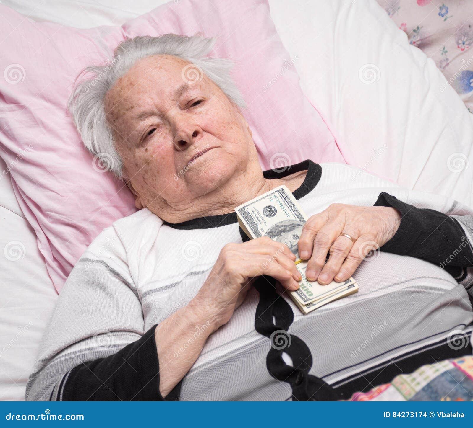 Старуха на кровати фото 575-916