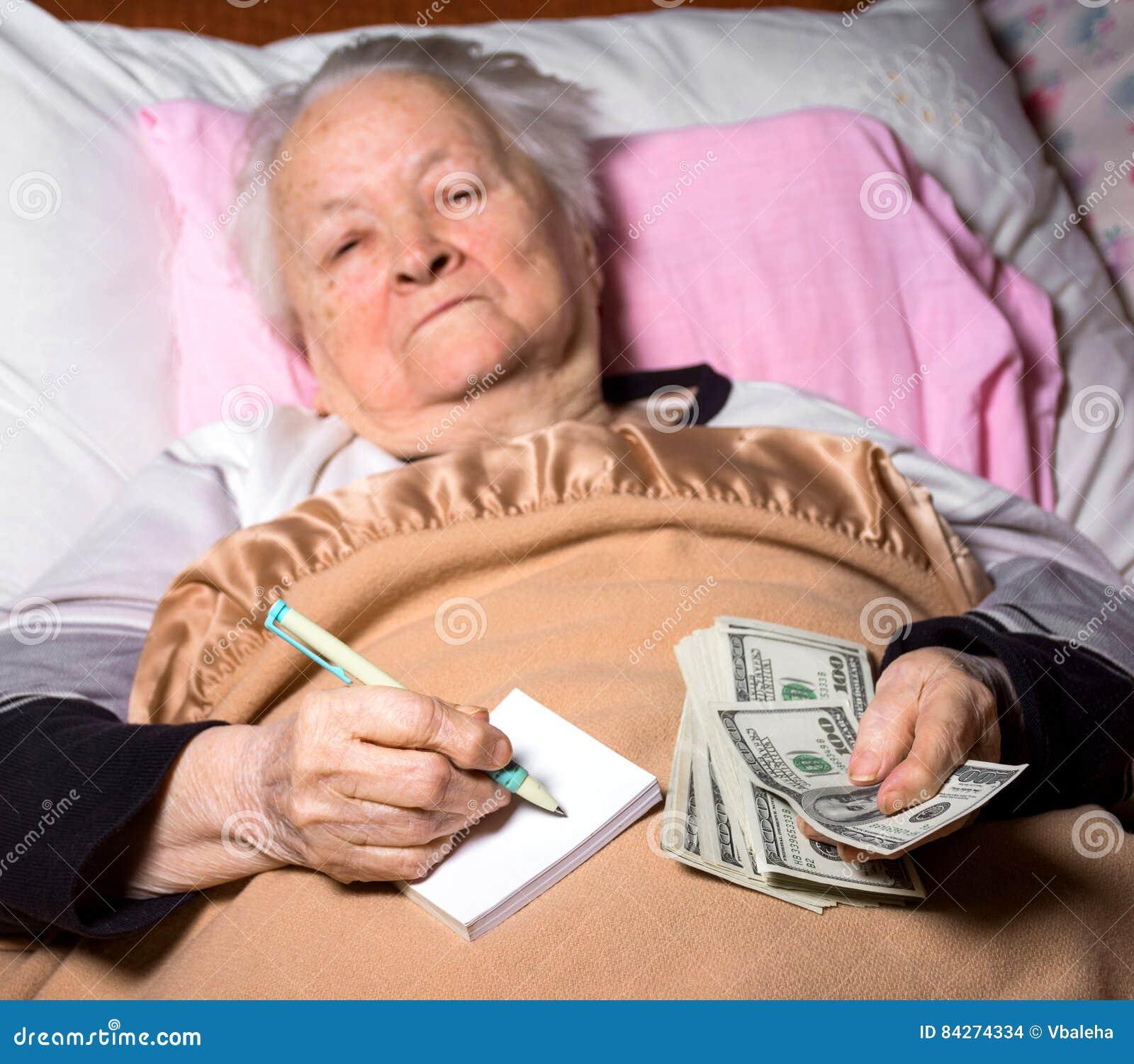 Старуха на кровати фото 575-687