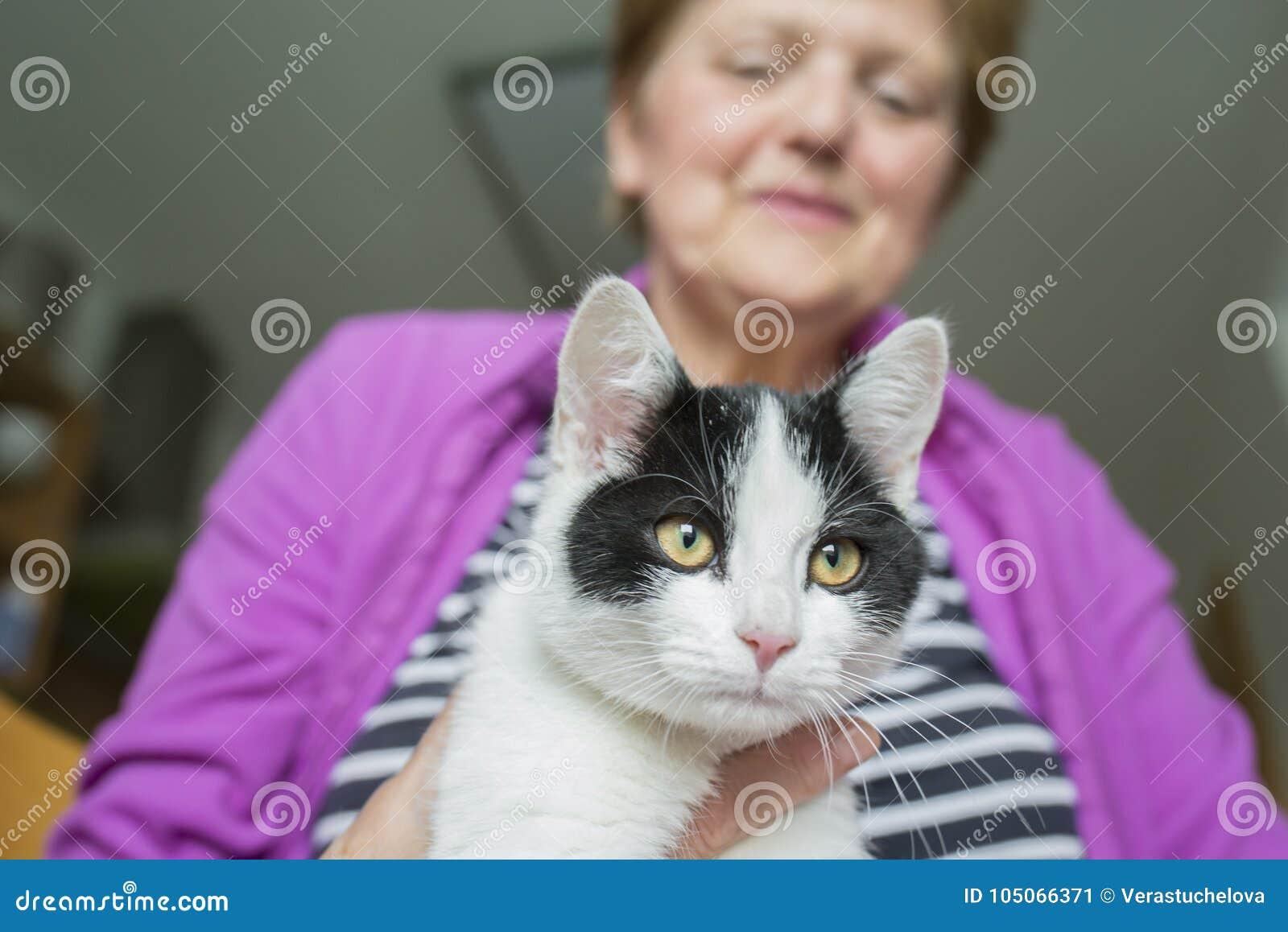 Старуха с котом - животная терапия
