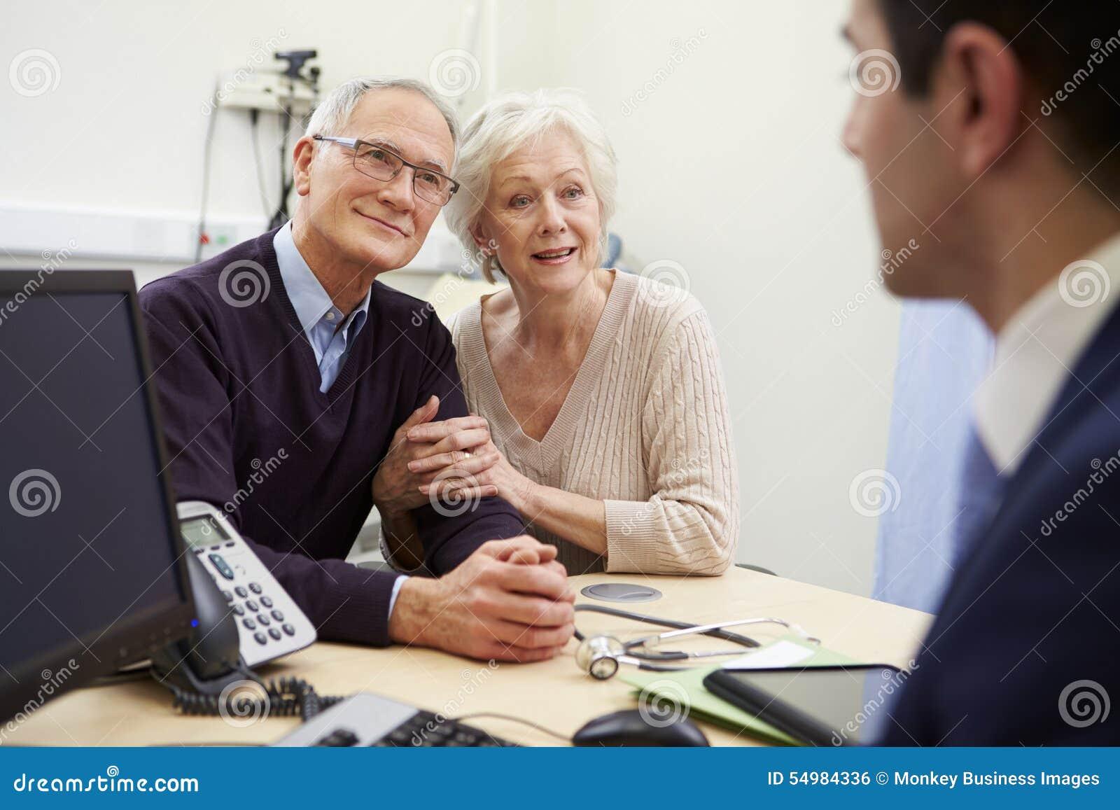 Старшая встреча пар с консультантом в больнице