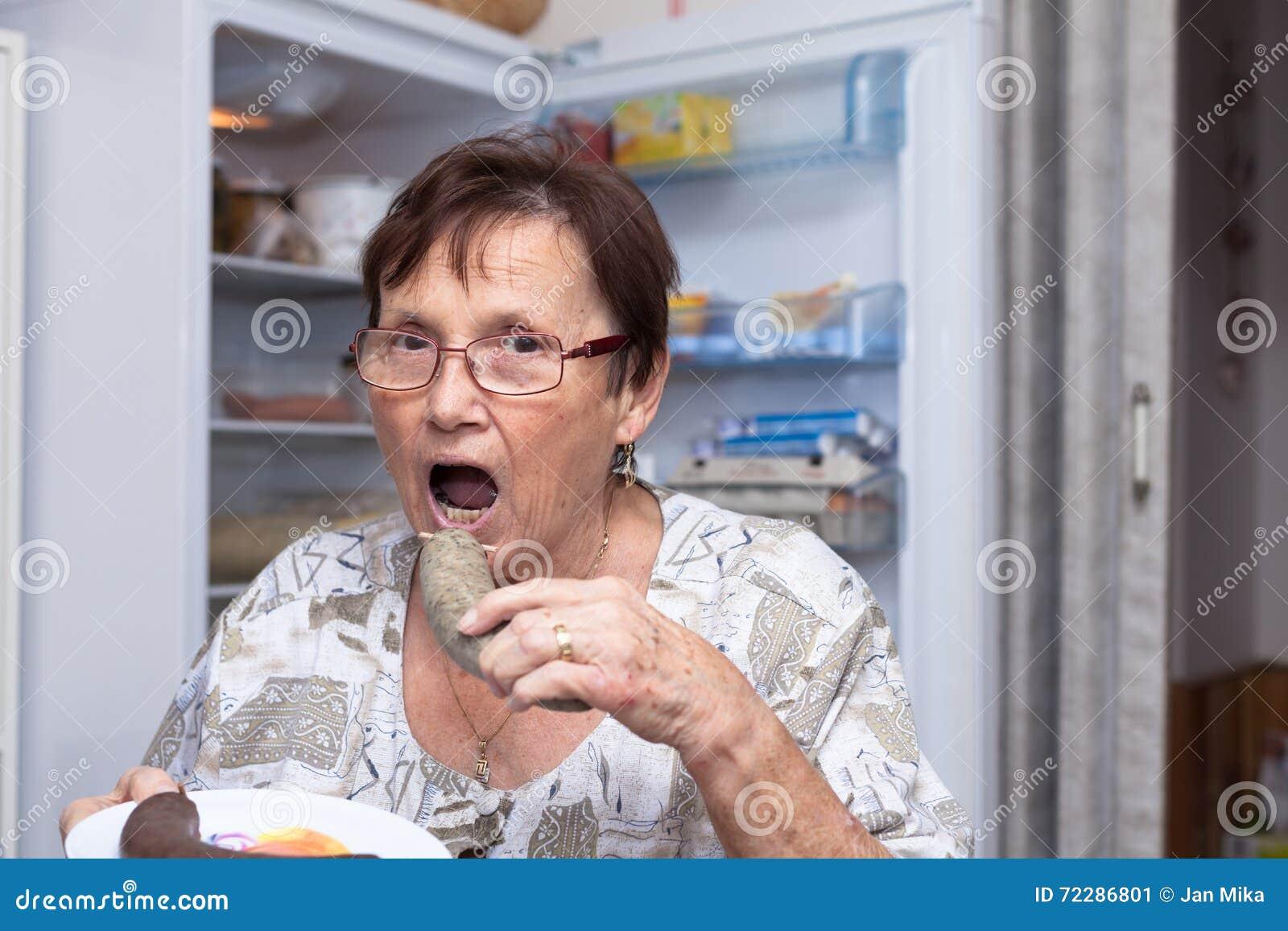 Download Старшая женщина есть сосиску печени свинины Стоковое Изображение - изображение насчитывающей гастрономия, съешьте: 72286801