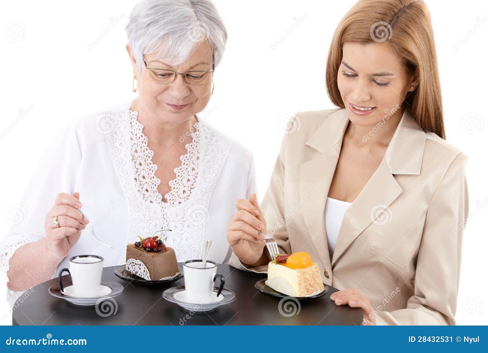 Старшая мать и молодая дочь на кафе