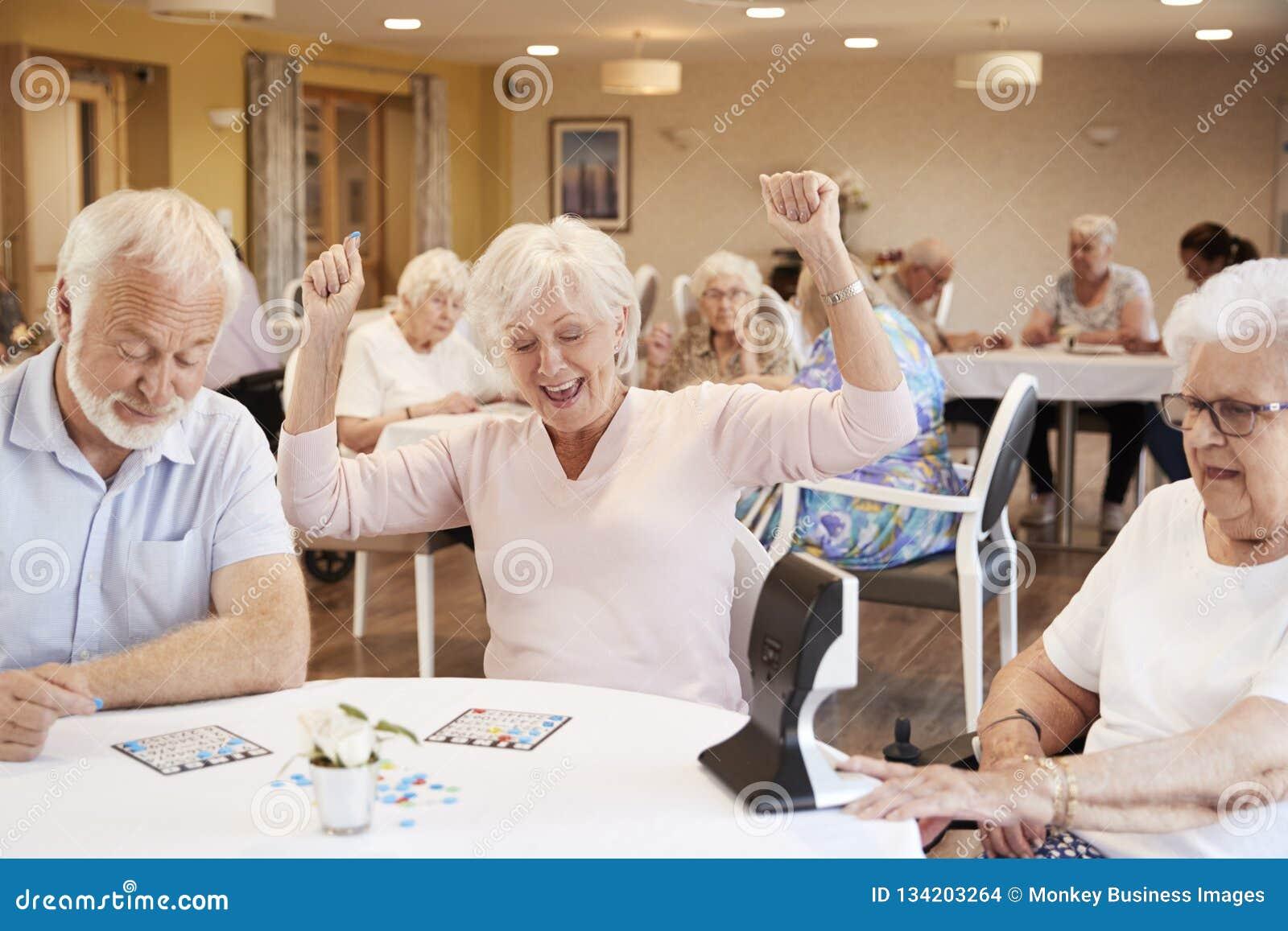 Старшее выигрышное дело женщины Bingo в доме престарелых