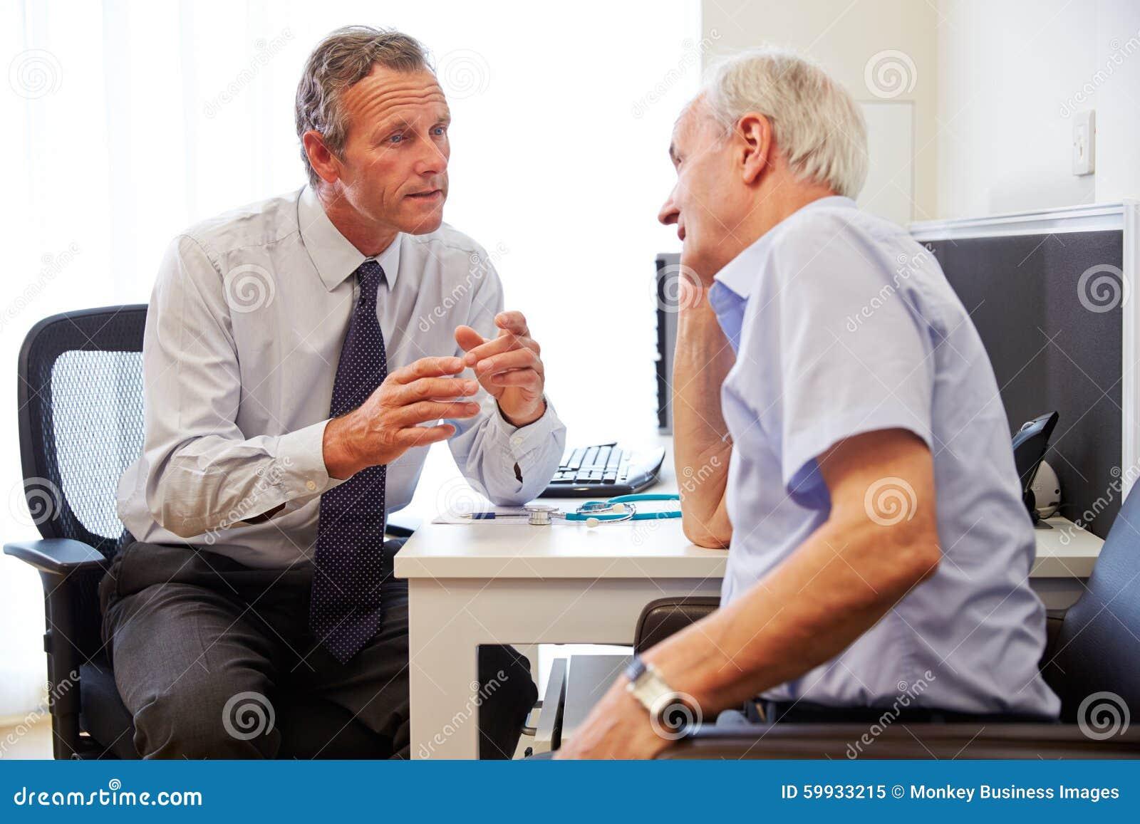 Старшее терпеливое имеющ консультацию с доктором В Офисом