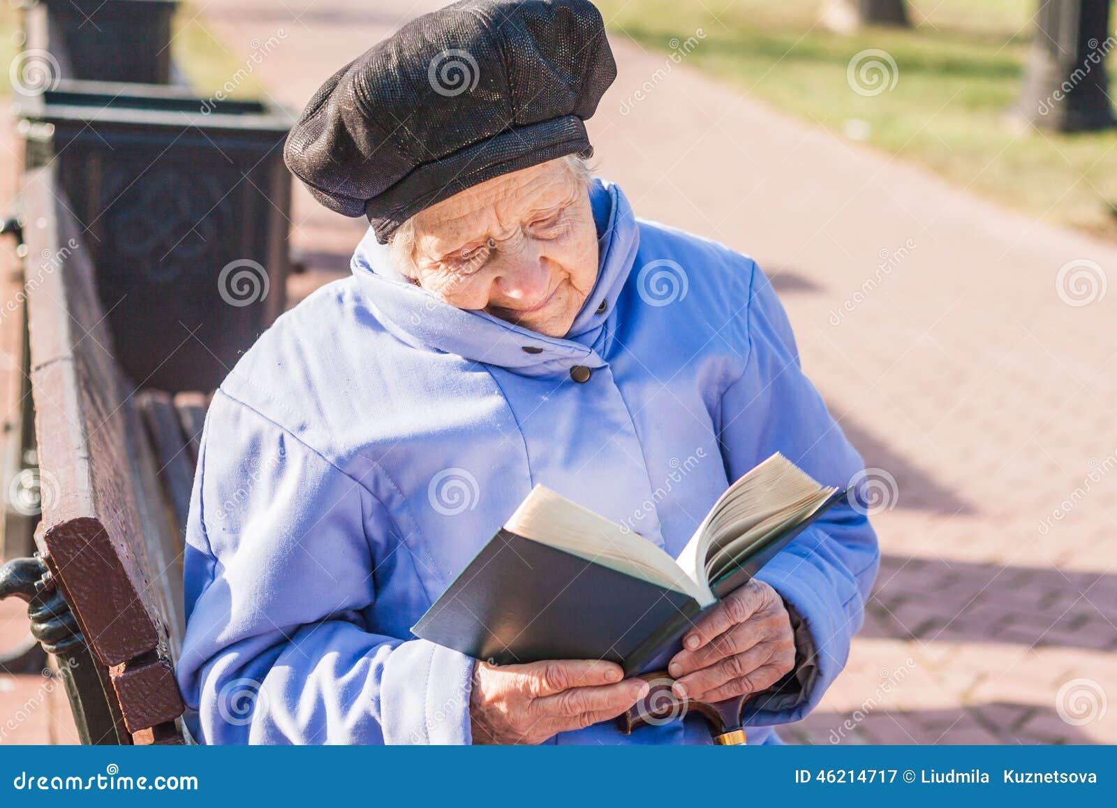 Старшее чтение женщины