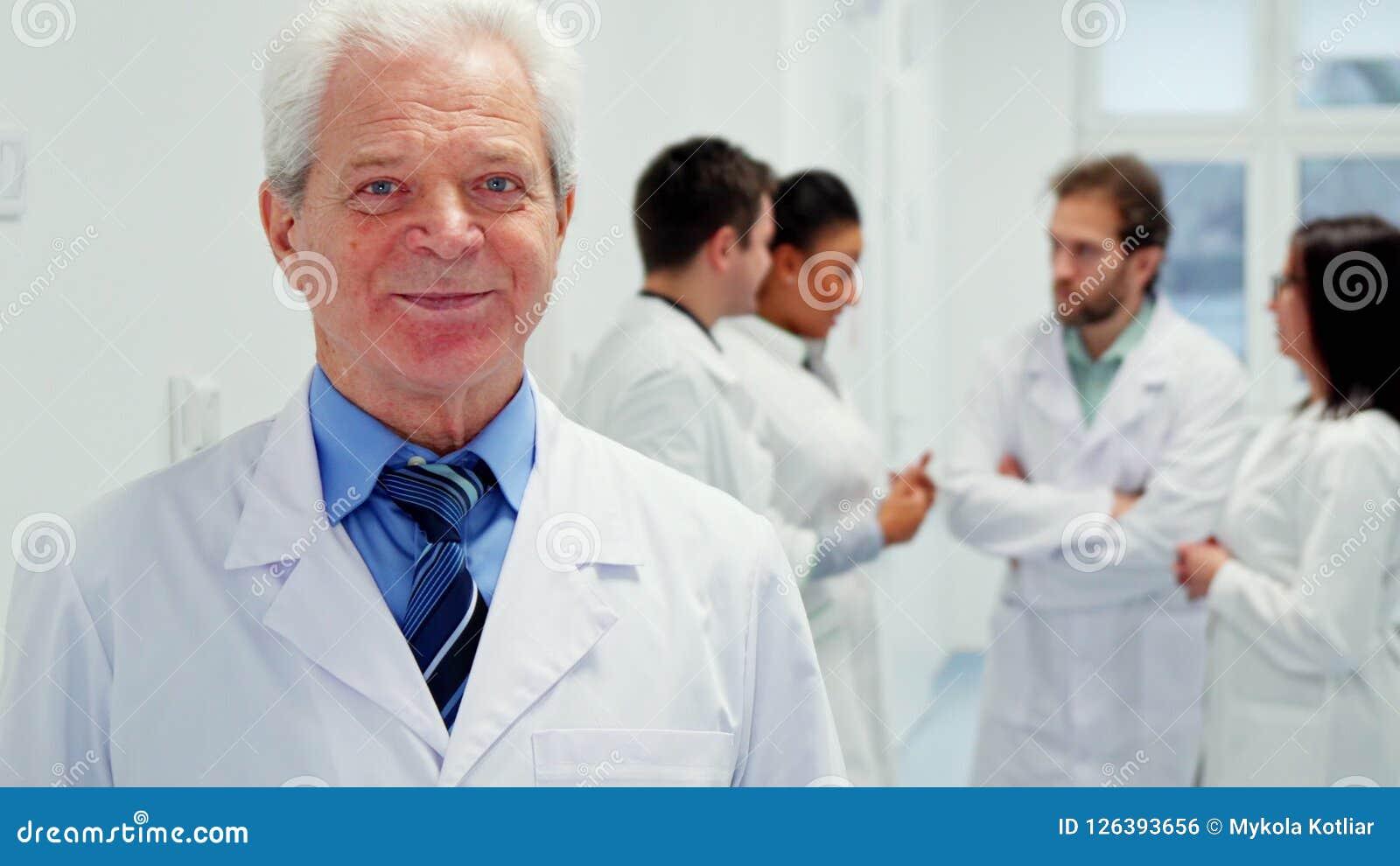 Старшие мужские представления доктора на больницу