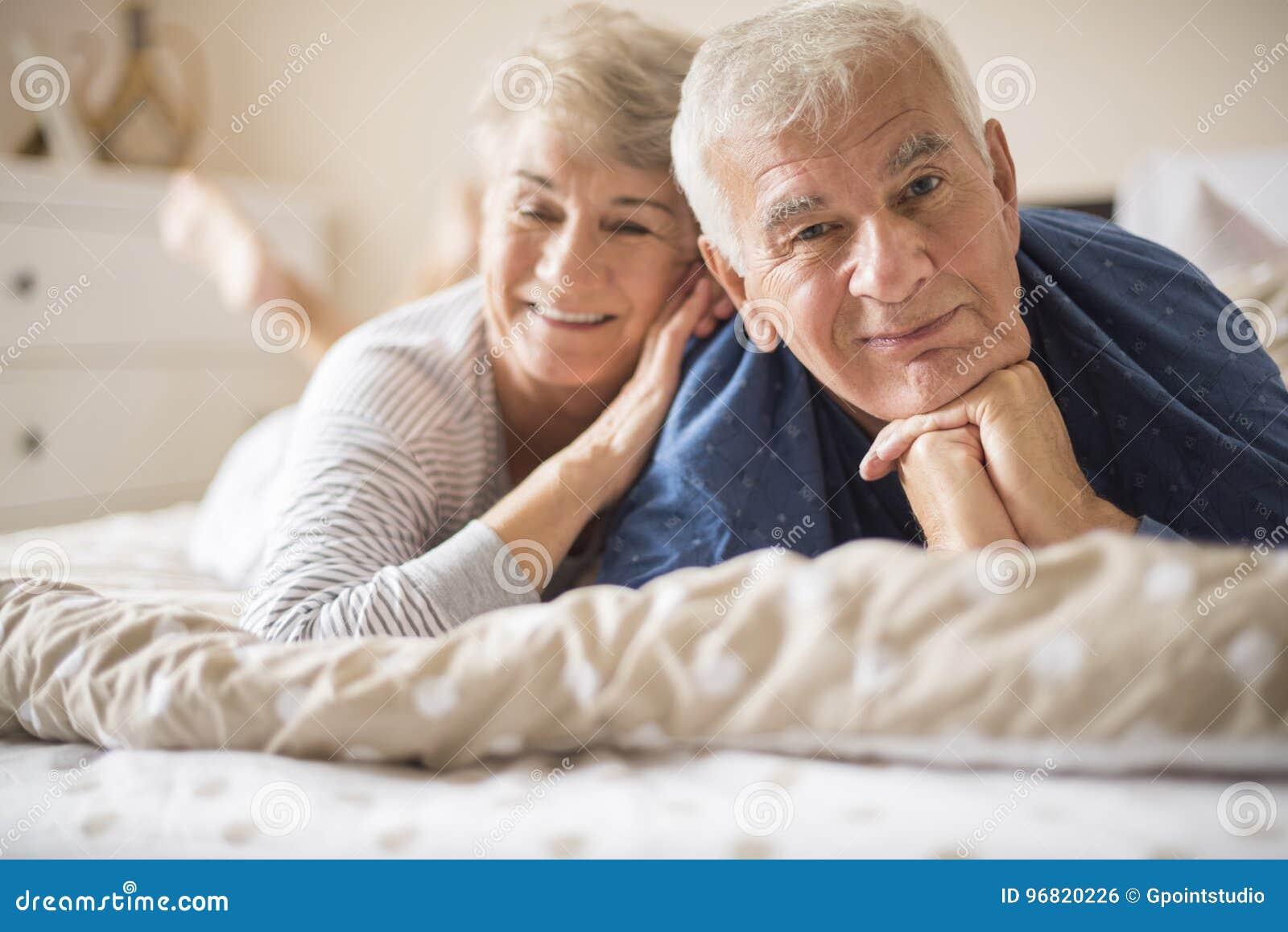 поэтому русская пожилая пара лежат в кровати этих индейцев совсем