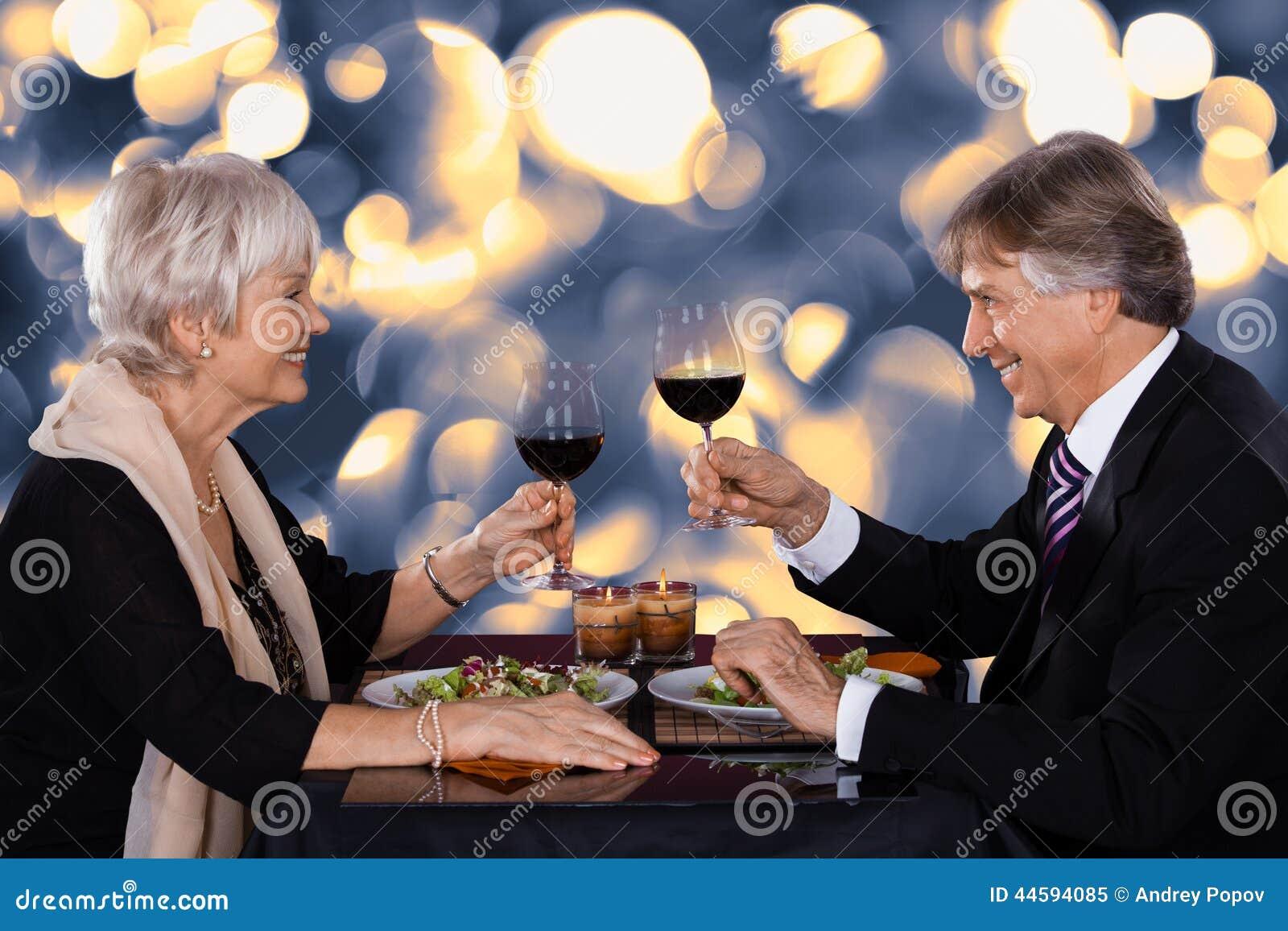 Старшие пары в ресторане