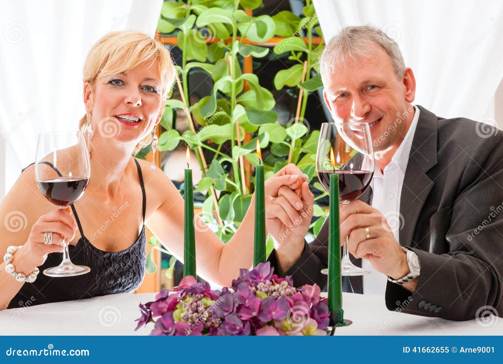 Старшие пары есть обедающий в ресторане