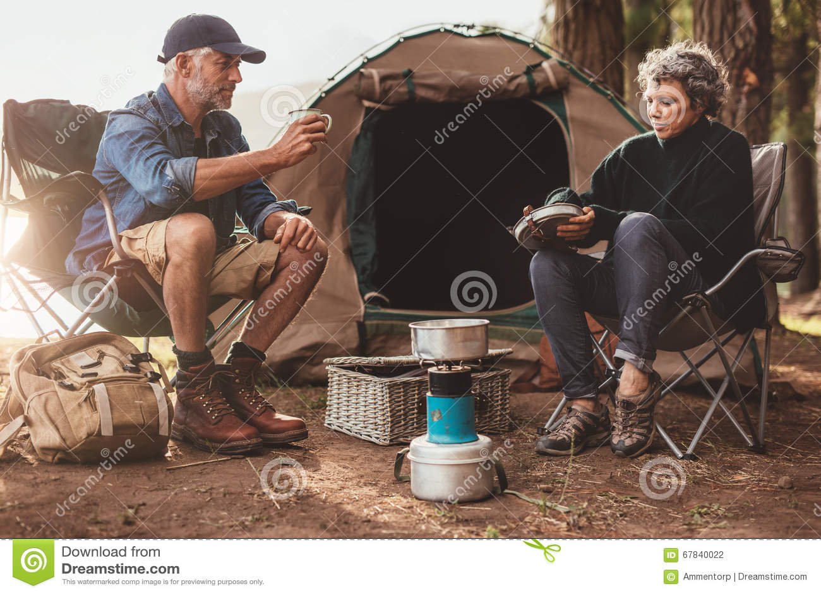 Старшие пары располагаясь лагерем в природе