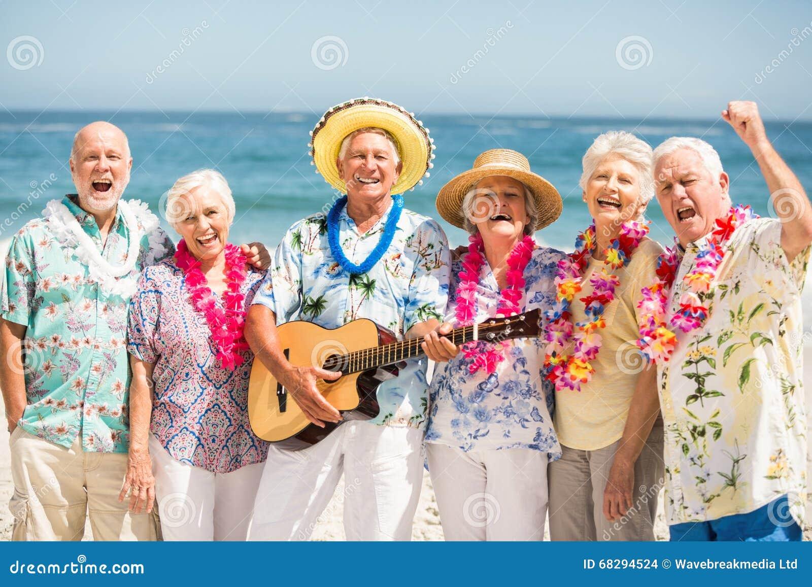 Старшии поя и играя гитару
