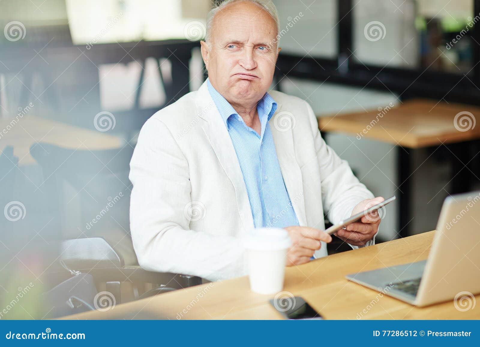 Старший бизнесмен в кафе