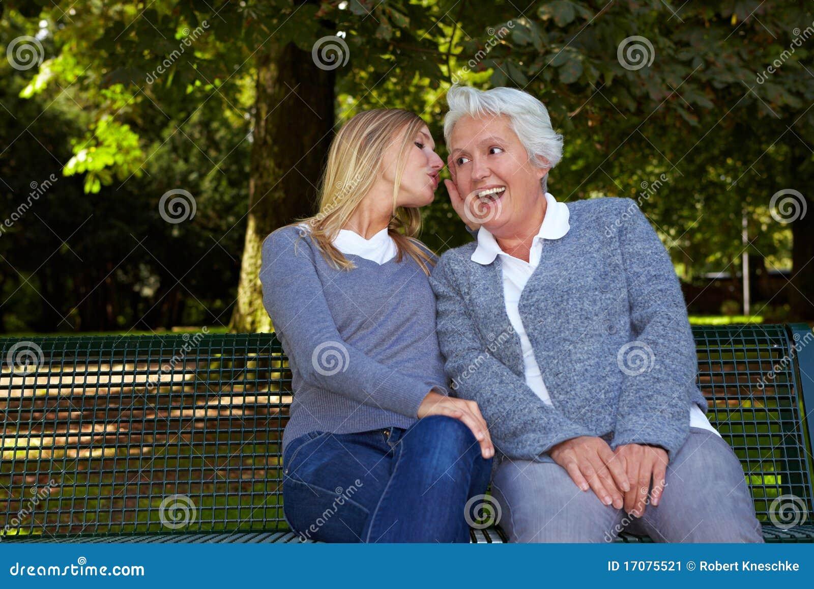 старший к шепча женщине