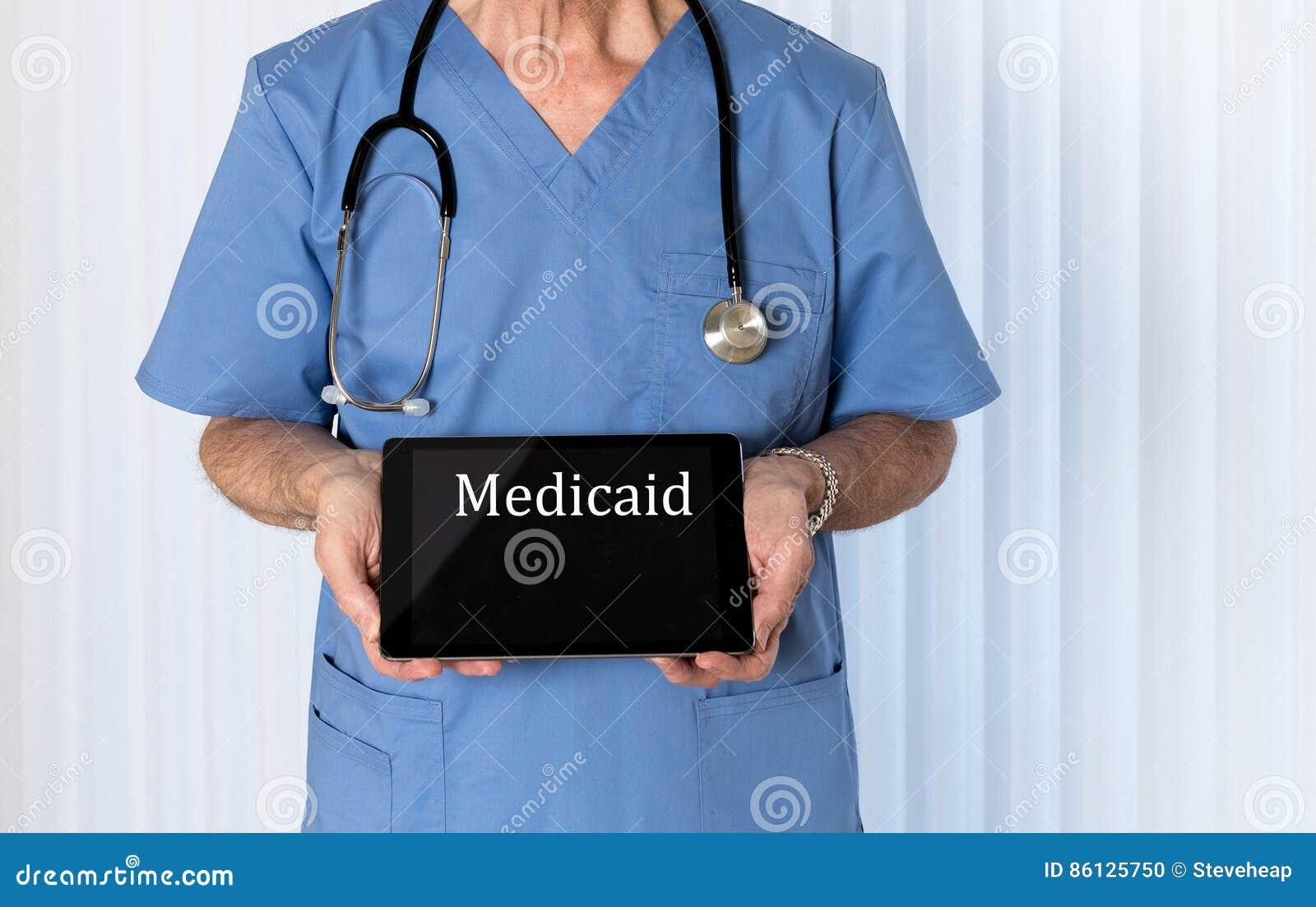 Старший доктор внутри scrubs смотреть на камеру
