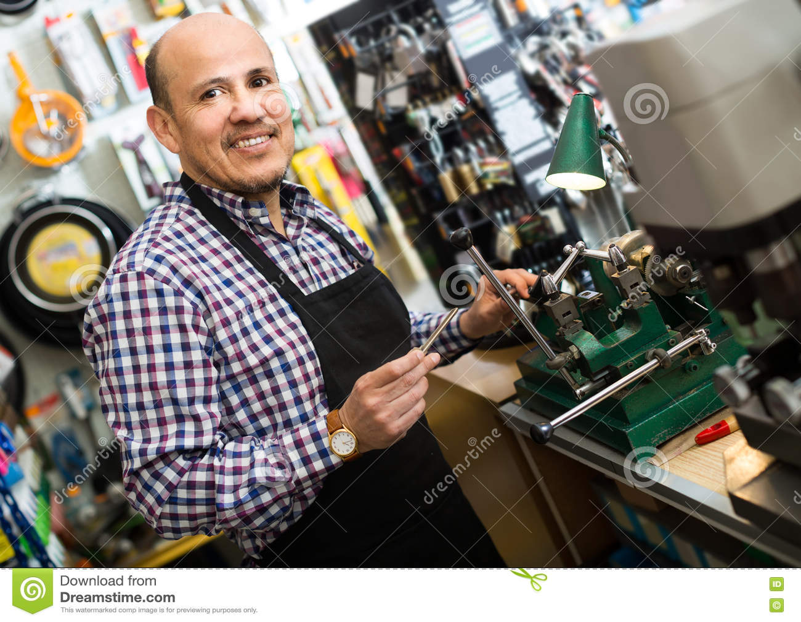 Старший профессионал с разными видами ключей в locksmith