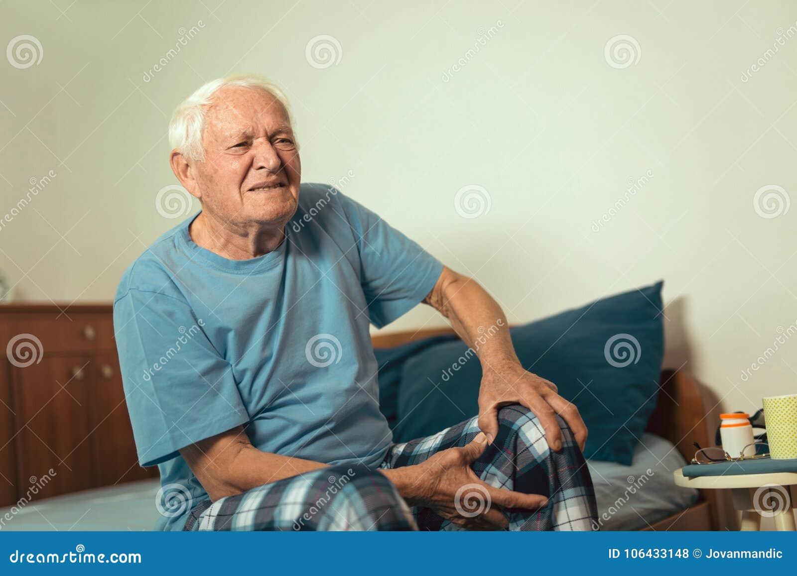 Старший человек с болью остеоартрита в колене