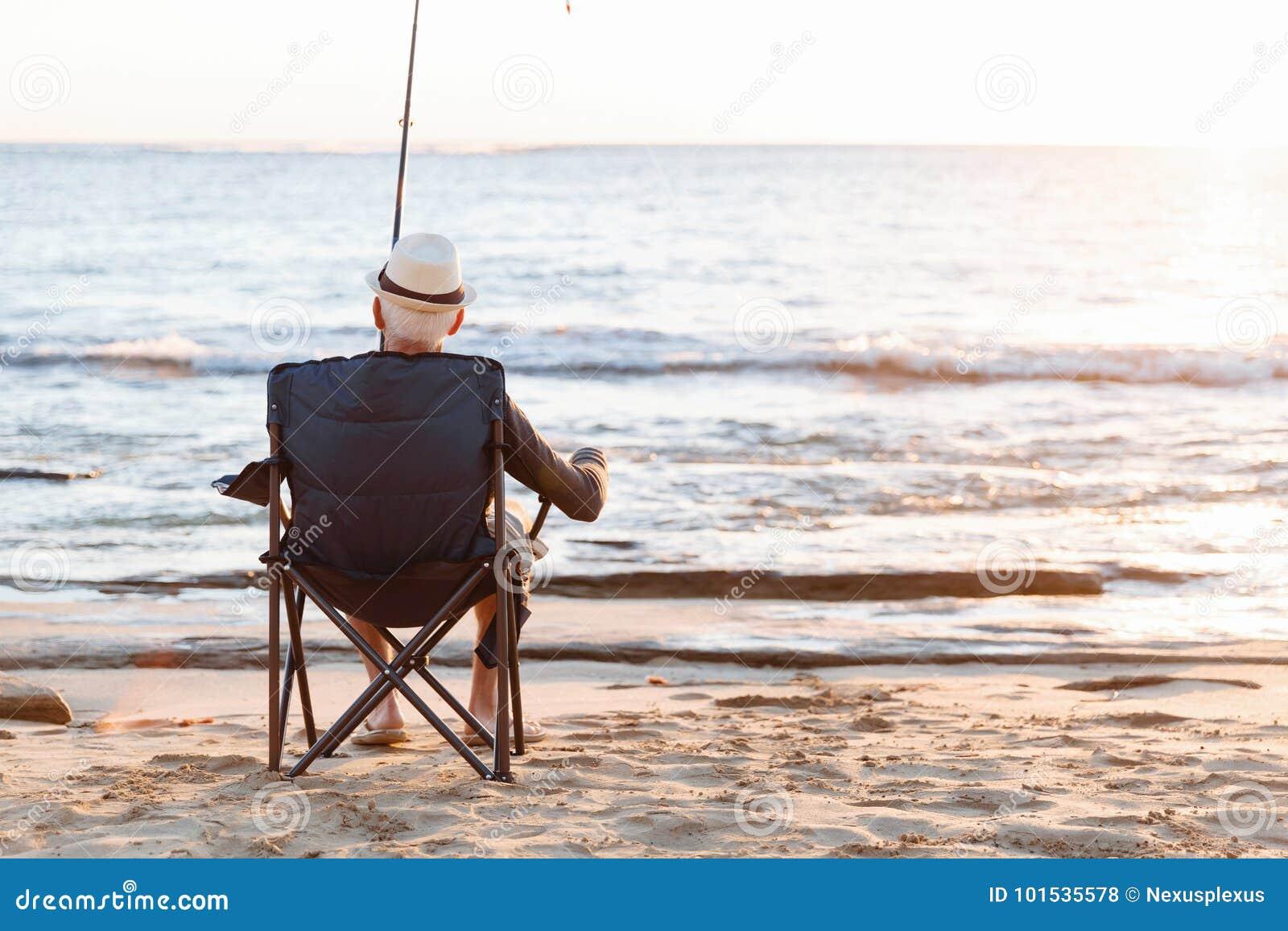 Старший человек удя на море сторону