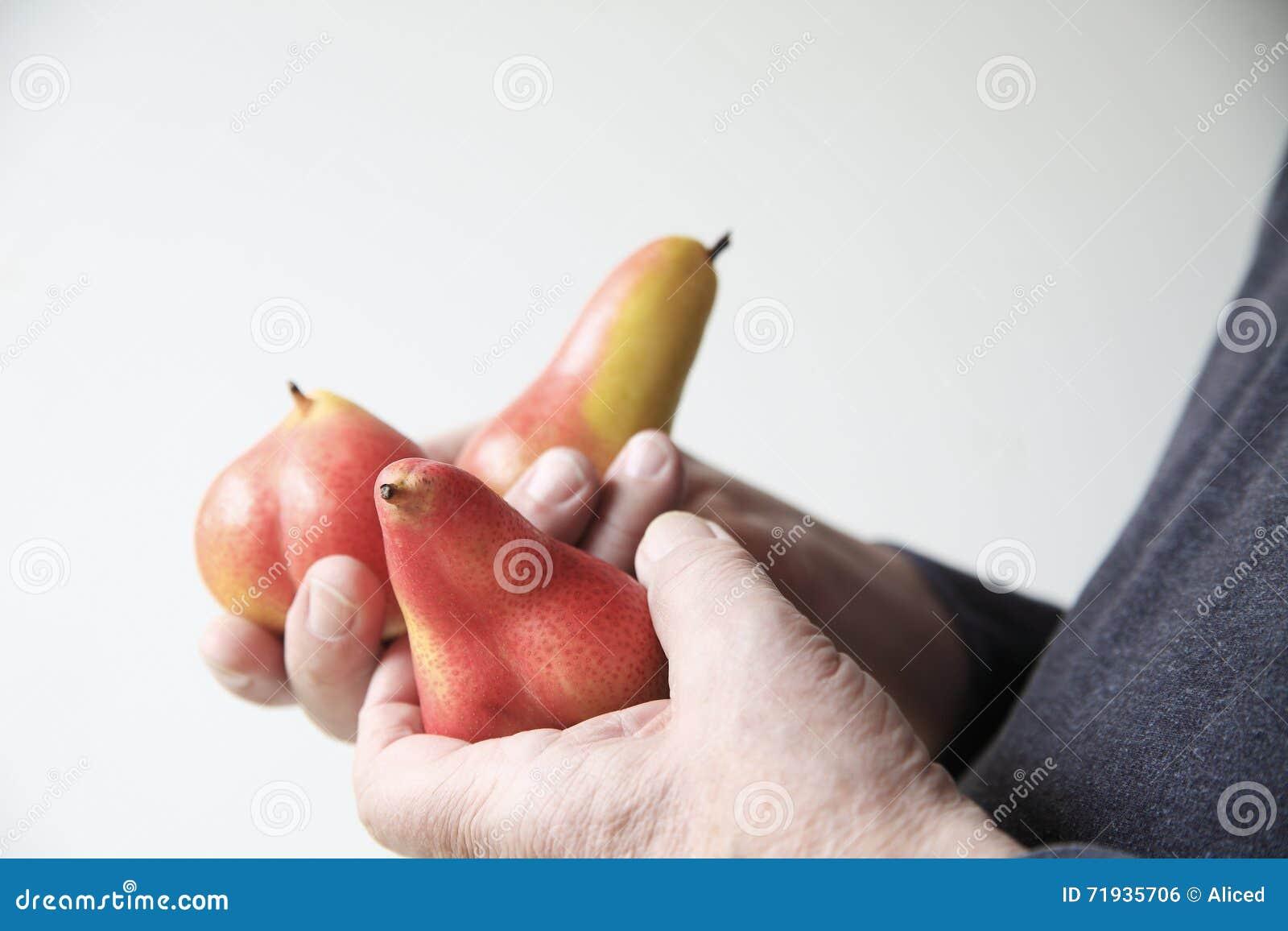 Старший человек с свежим pears