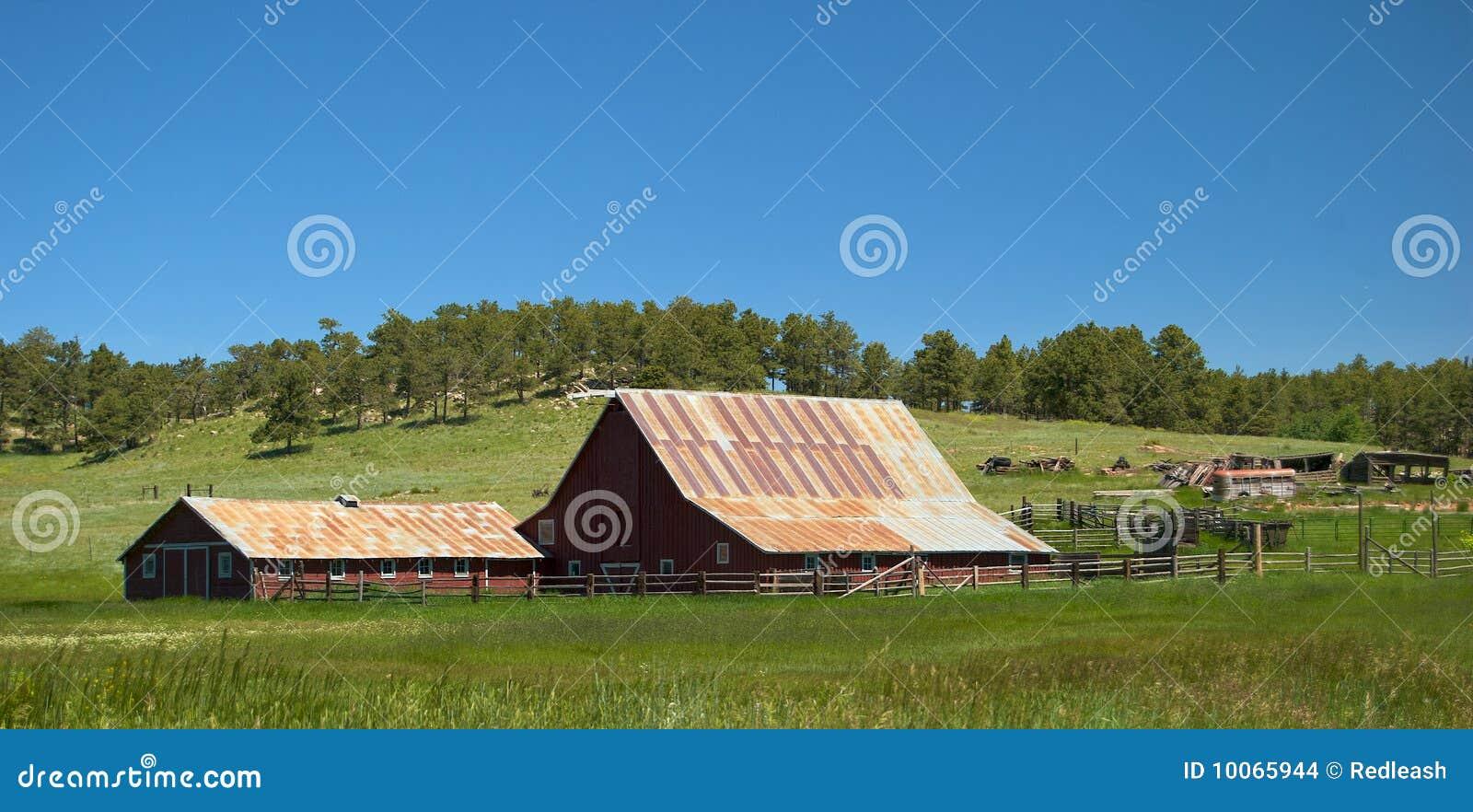 Старые амбар и ранчо