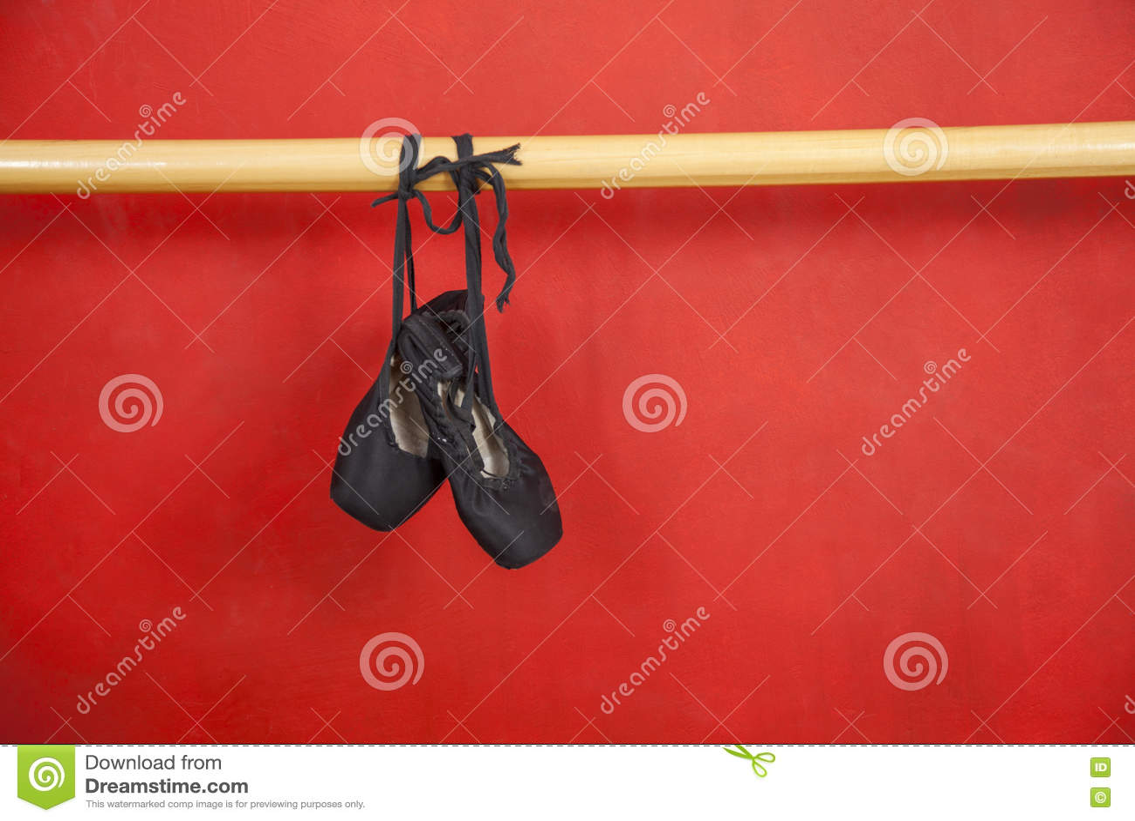 Download Старые ботинки балета вися от Barre Стоковое Фото - изображение насчитывающей ткань, классицистическо: 72289466