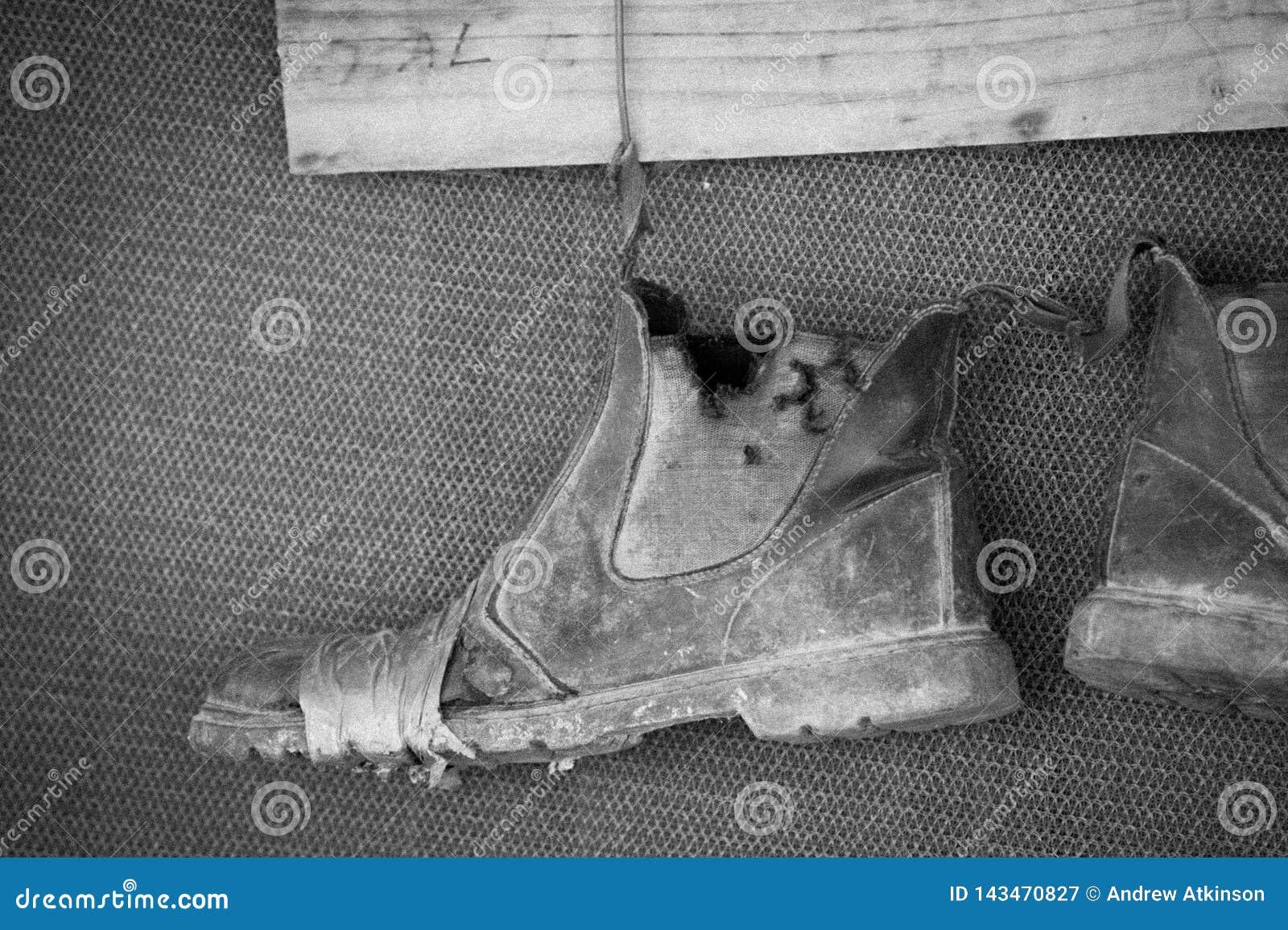 Старые ботинки на проводе отремонтированном с лентой