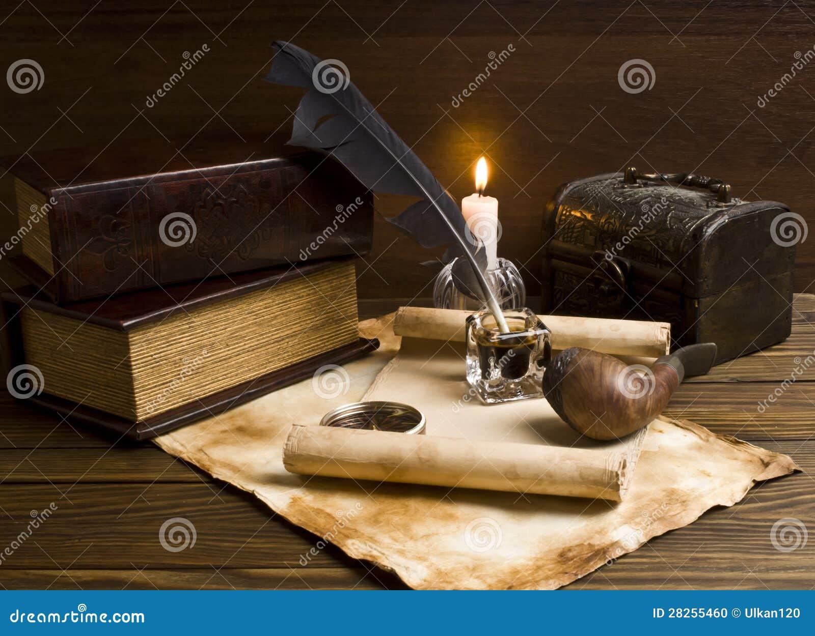 Старые бумаги и книги на деревянной таблице