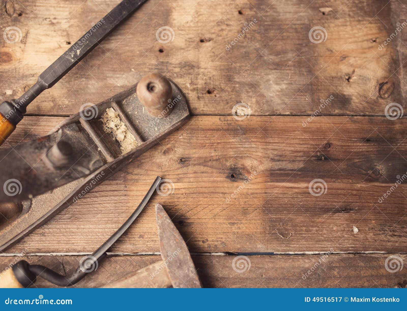 Старые винтажные ручные резцы на деревянной предпосылке