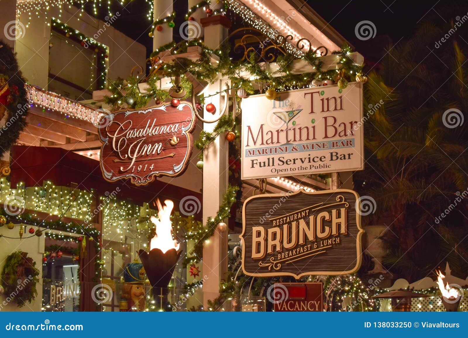 Старые гостиница и знаки Адвокатуры Мартини вечером в побережье Флориды историческом