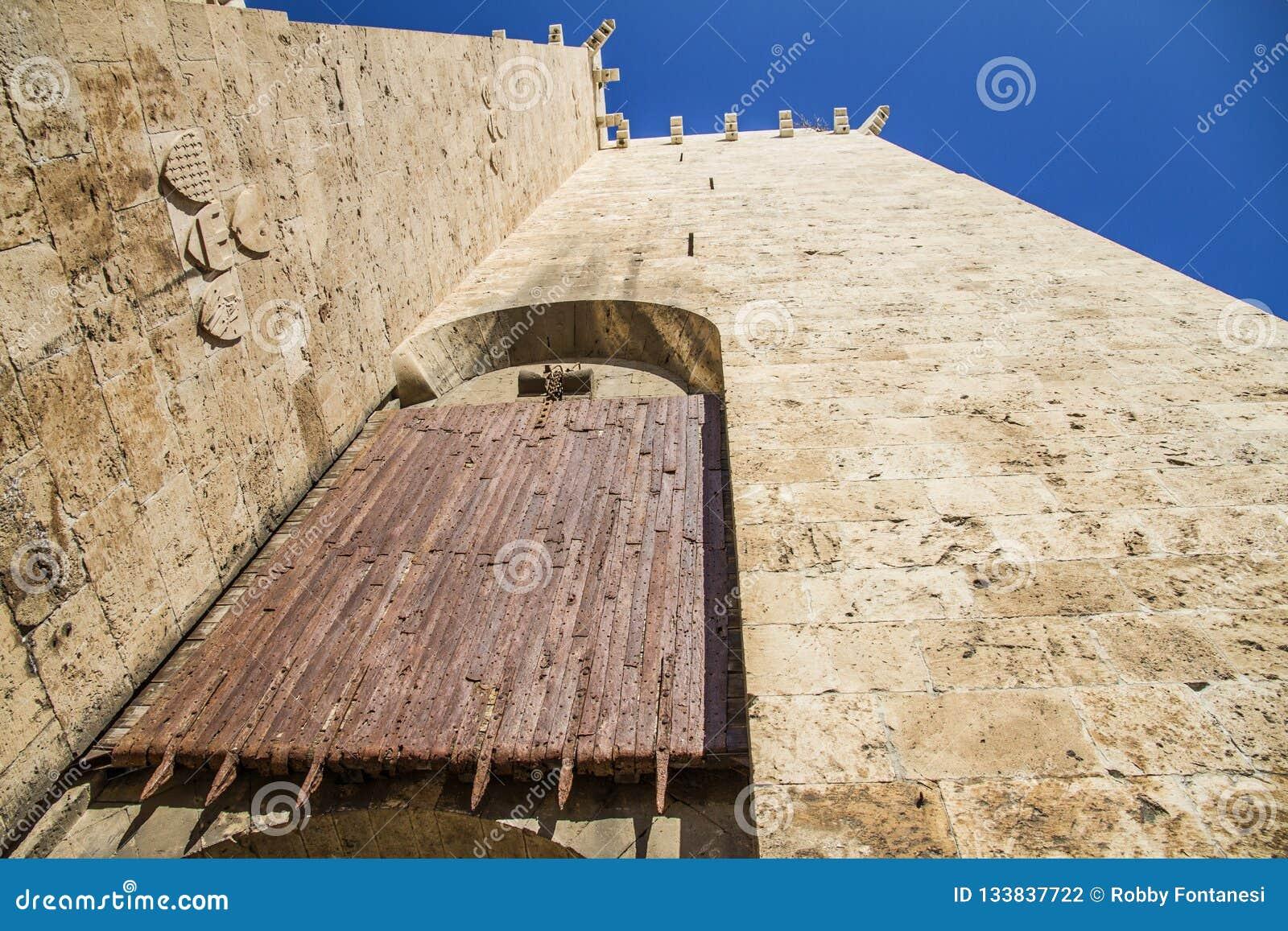 Старые деревянные ворота свертывая шторки на входе к histo