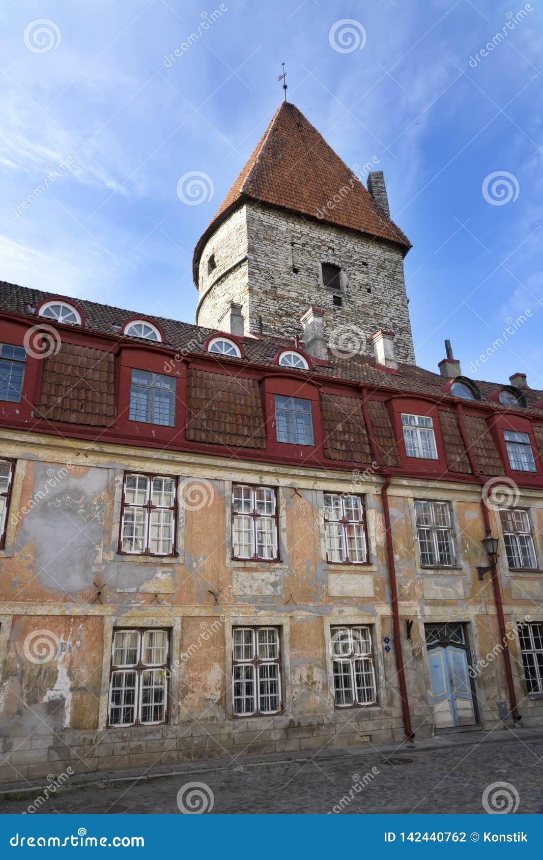 Старые дома на старых улицах города tallinn Эстония