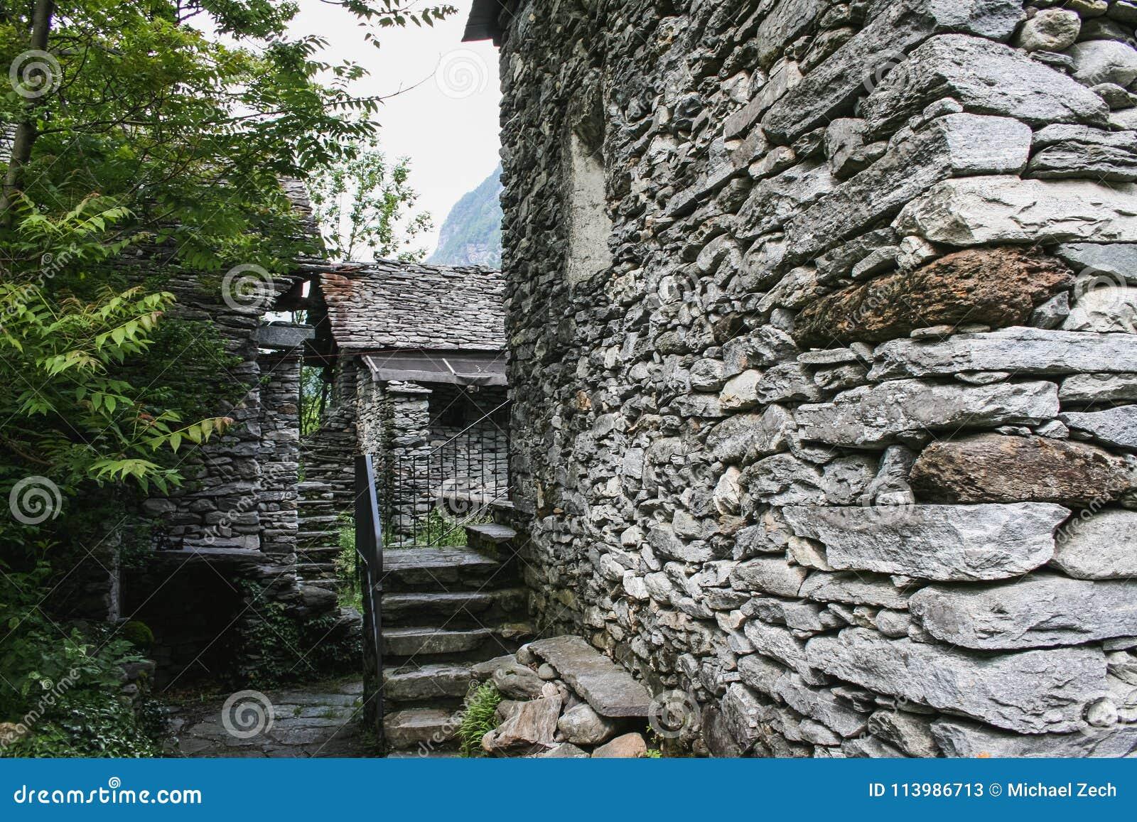 Старые дома на части долины maggia Швейцарии