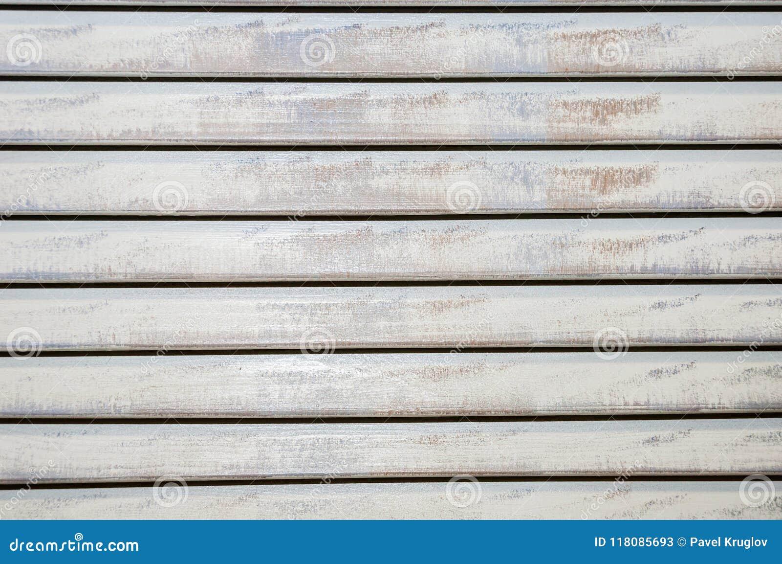 Старые закрытые затрапезные горизонтальные длинн-покрашенные деревянные шторки