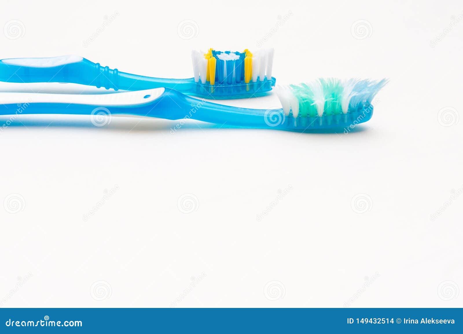 Старые и новые зубные щетки на белой предпосылке Концепция здоровых зубов Гигиена полости рта E