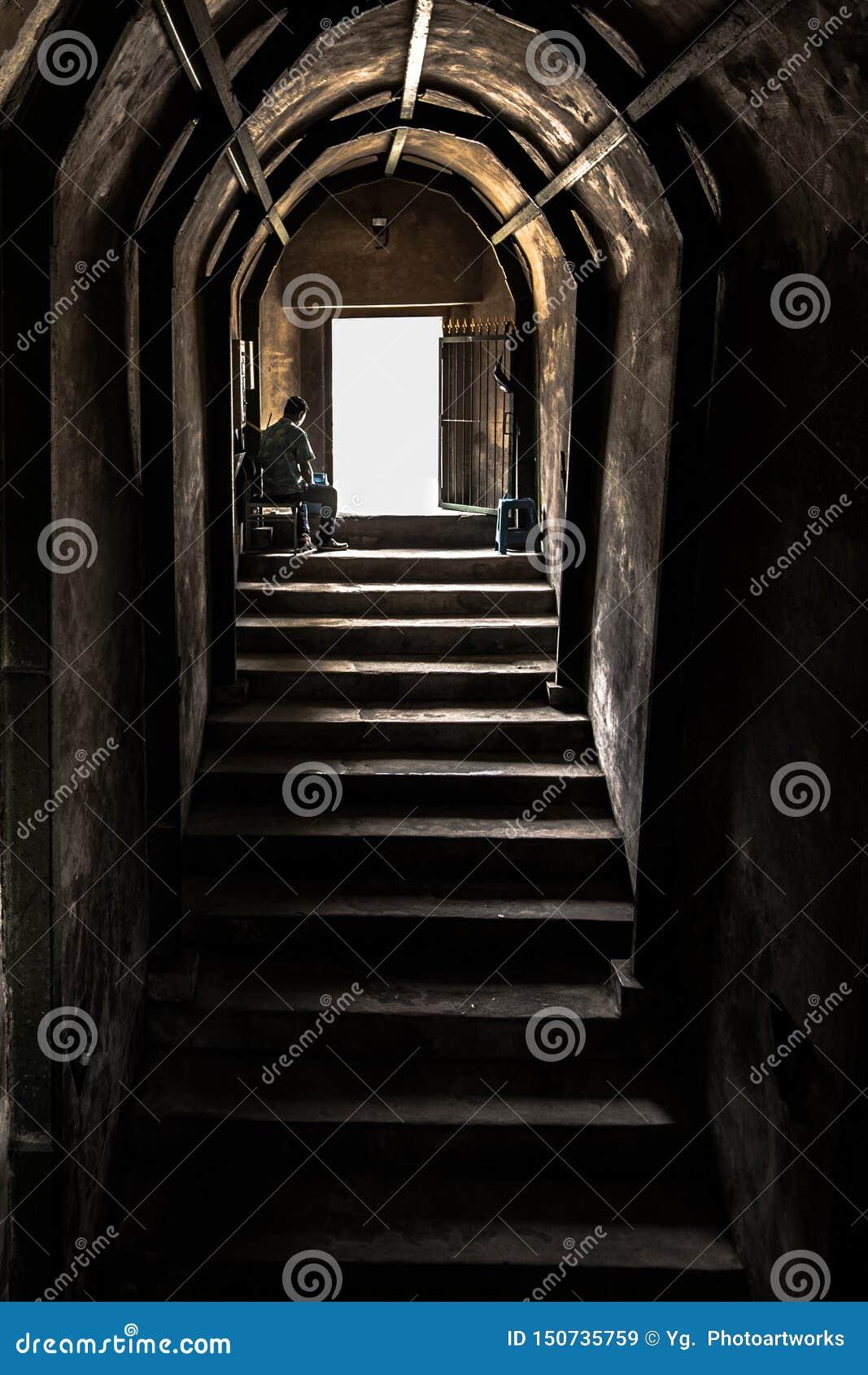 Старые каменные лестницы & стена, который нужно выйти тоннеля