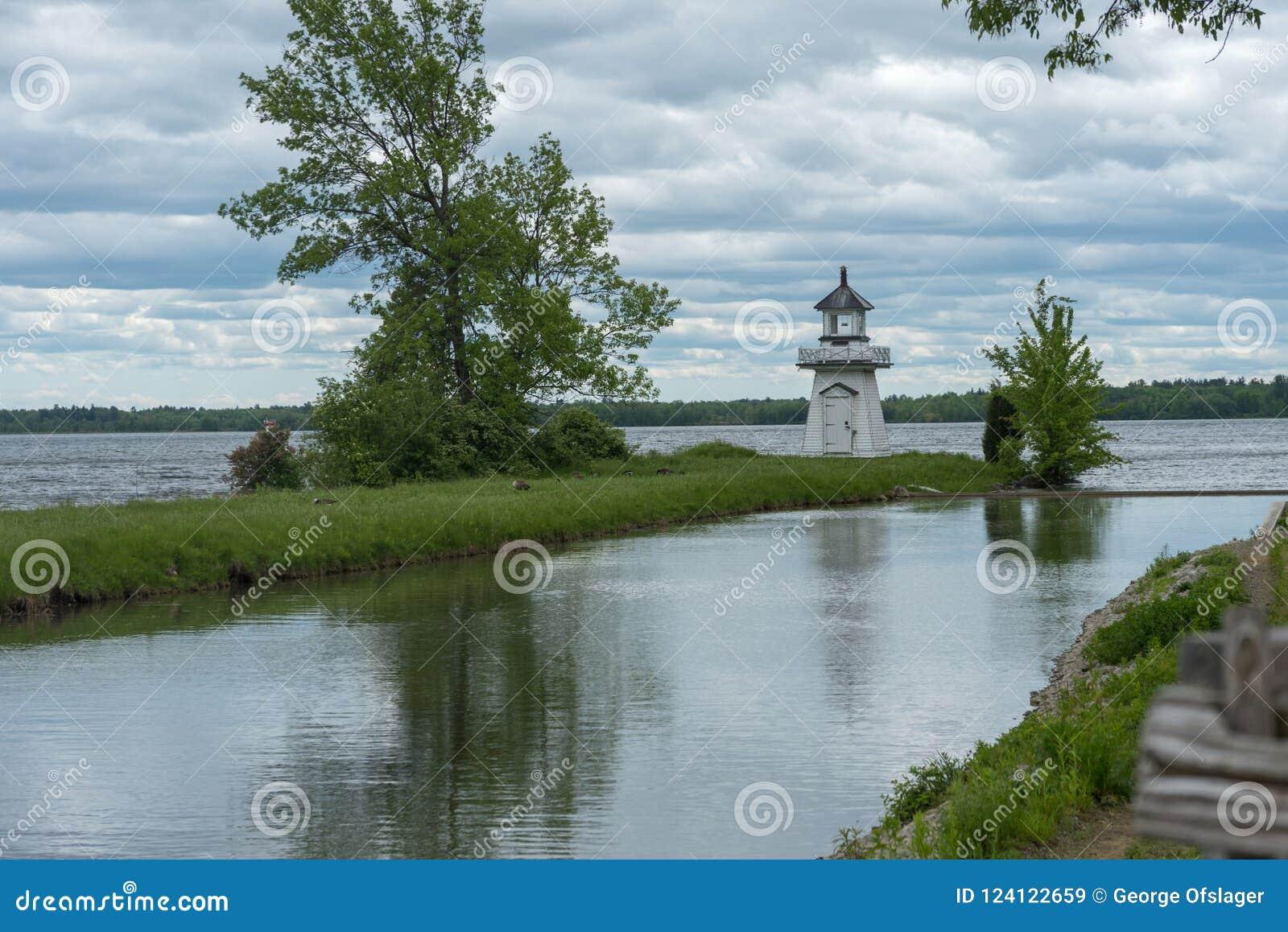 Старые канал и маяк в верхней деревне Канады, Онтарио