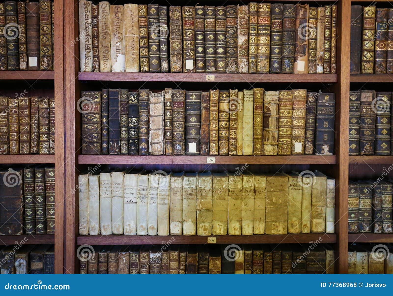 Старые книги в библиотеке Коимбры