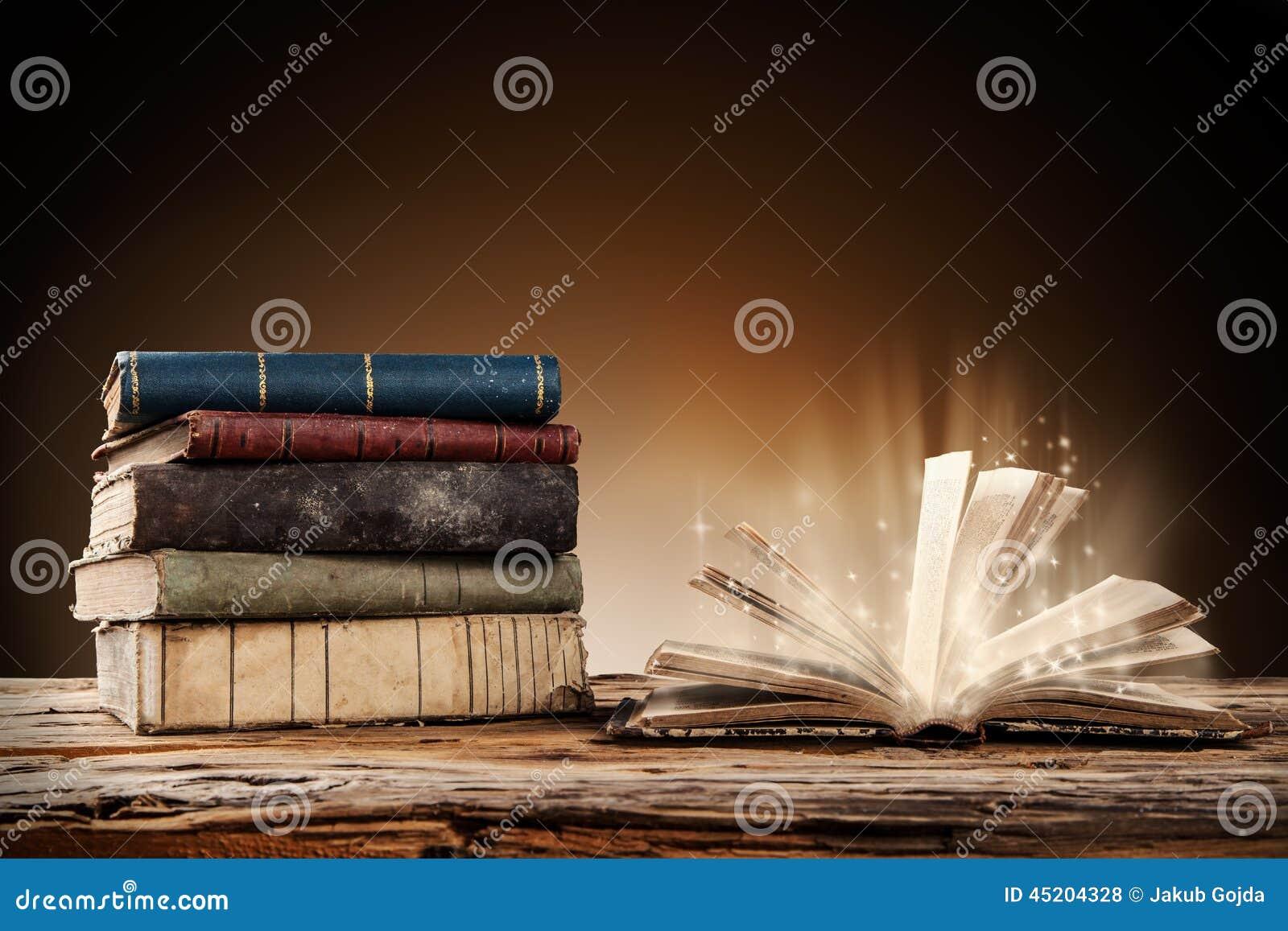 Старые книги на деревянной таблице