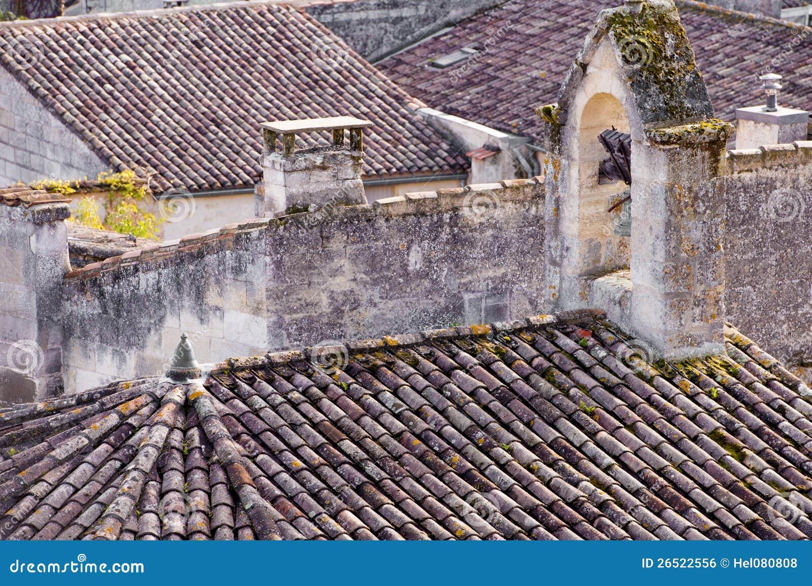 Старые крыши в St. Emilion города в Франции