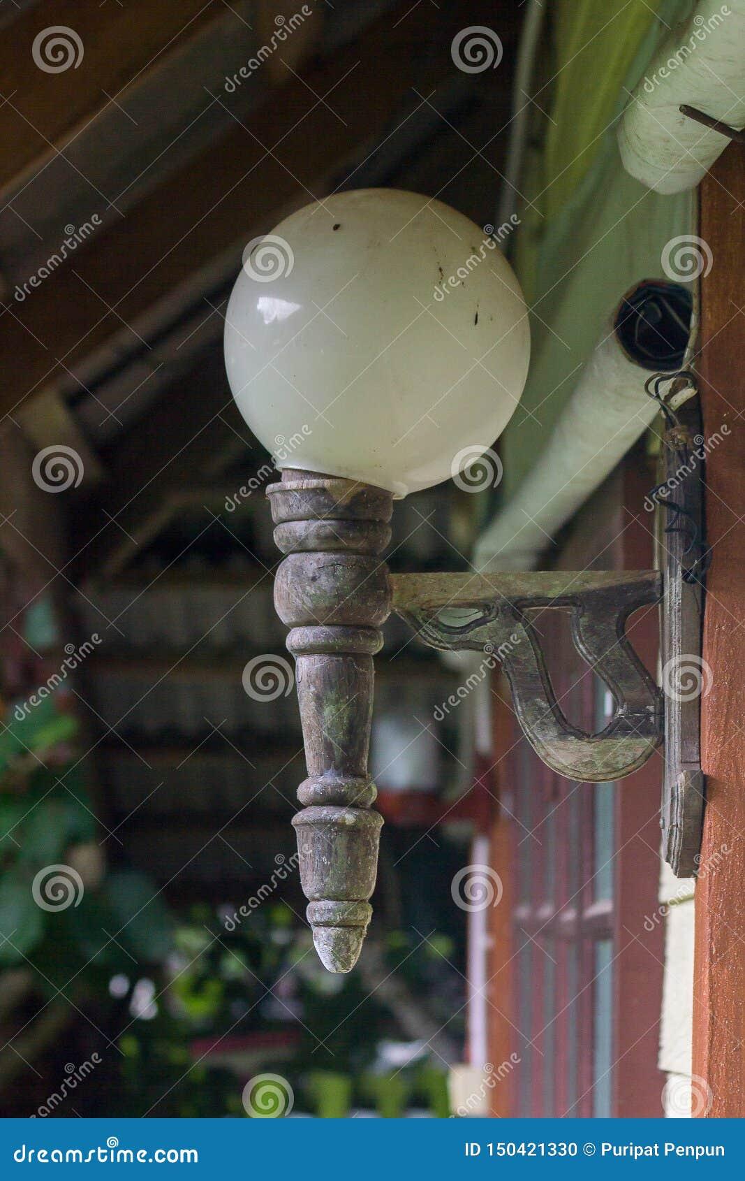 Старые лампы прикрепленные в деревянные стены