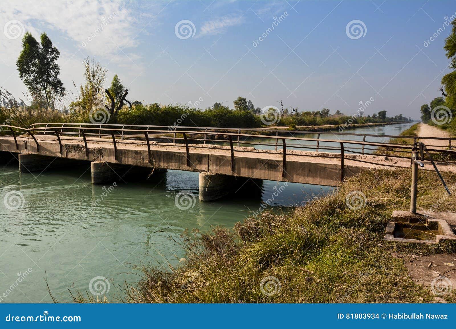 Старые мост & водопроводный кран на †«северном Пенджабе Пакистане канала ветви Mohajir