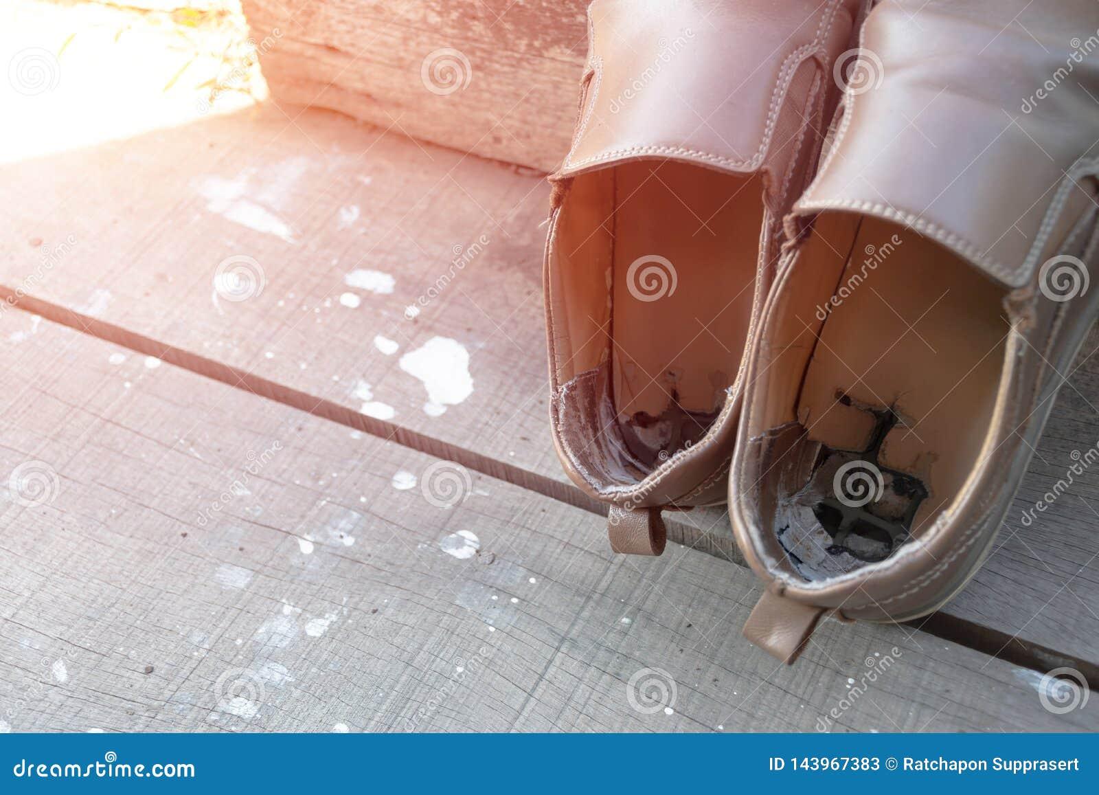 Старые мужские коричневые кожаные ботинки