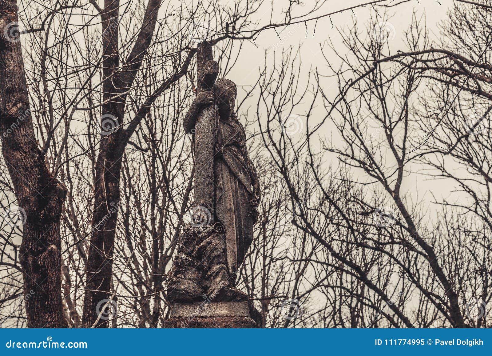 Старые памятники надгробных плит кладбища духов призрака тайны мистицизма ангелов приносят смерть