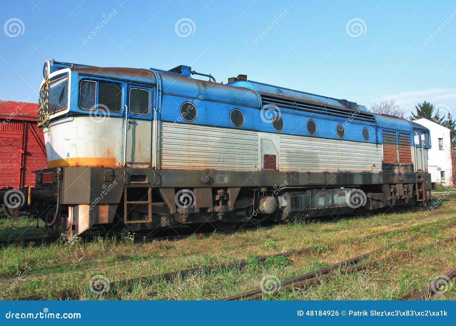 Старые покинутые поезда на депо в солнечном дне