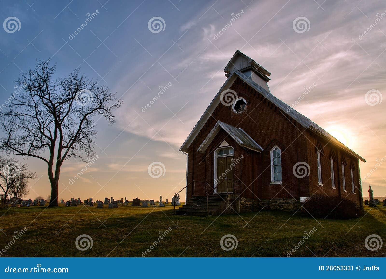 Старые покинутые церковь и погост