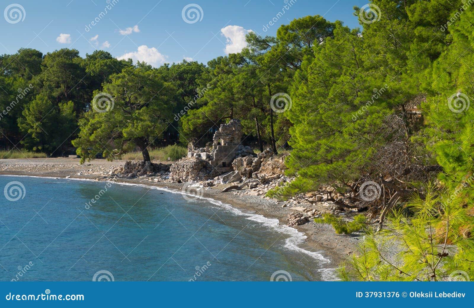 Старые руины на побережье